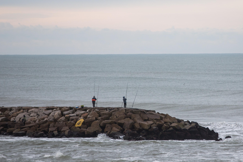 Las escolleras volvieron a poblarse de pescadores que, desde bien temprano, llegaron con sus cañas, sus anzuelos y sus baldes con carnada.