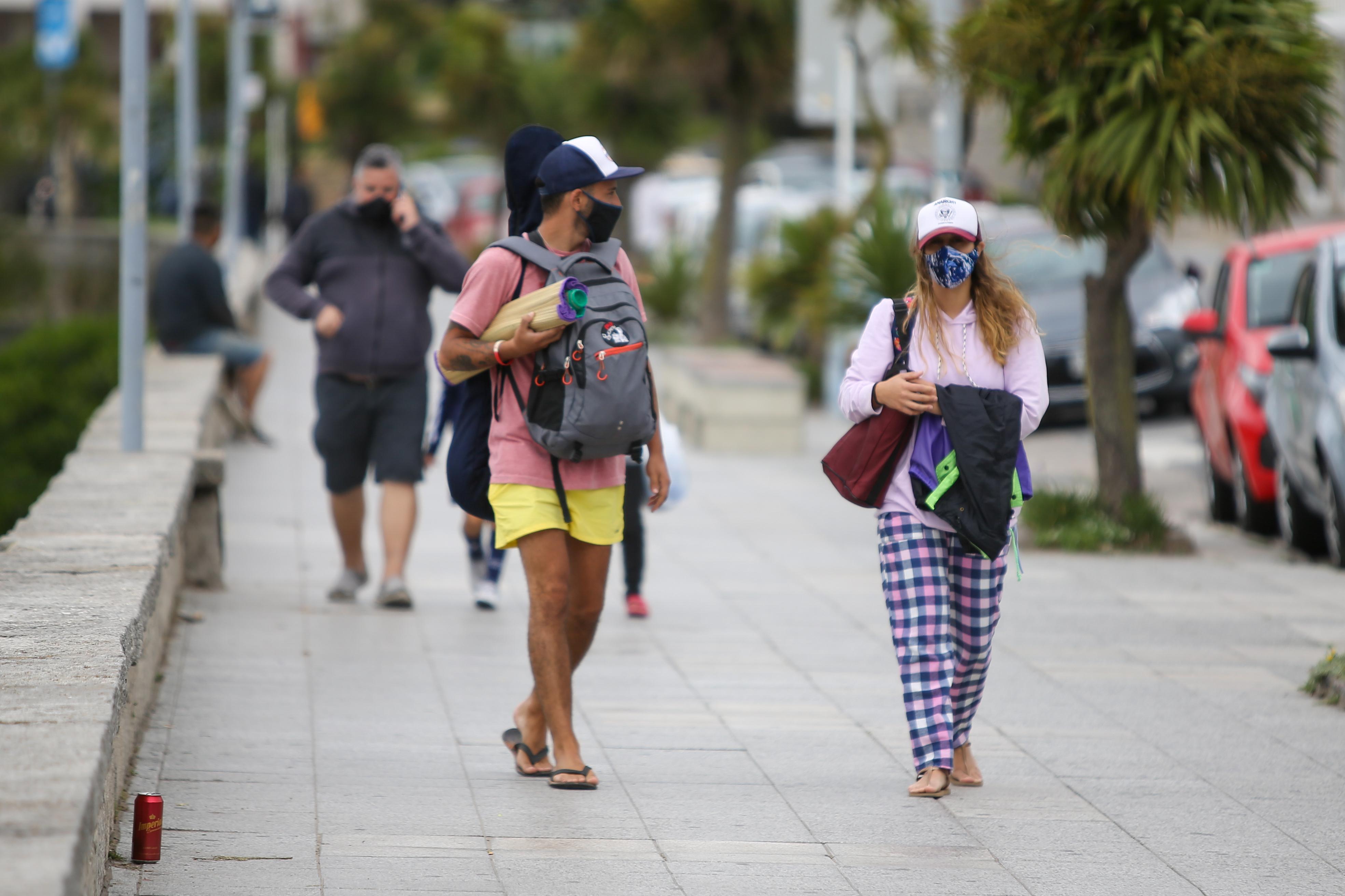 En la vía pública y en los espacios comunes es obligatorio el uso de tapabocas y respetar el distanciamiento social