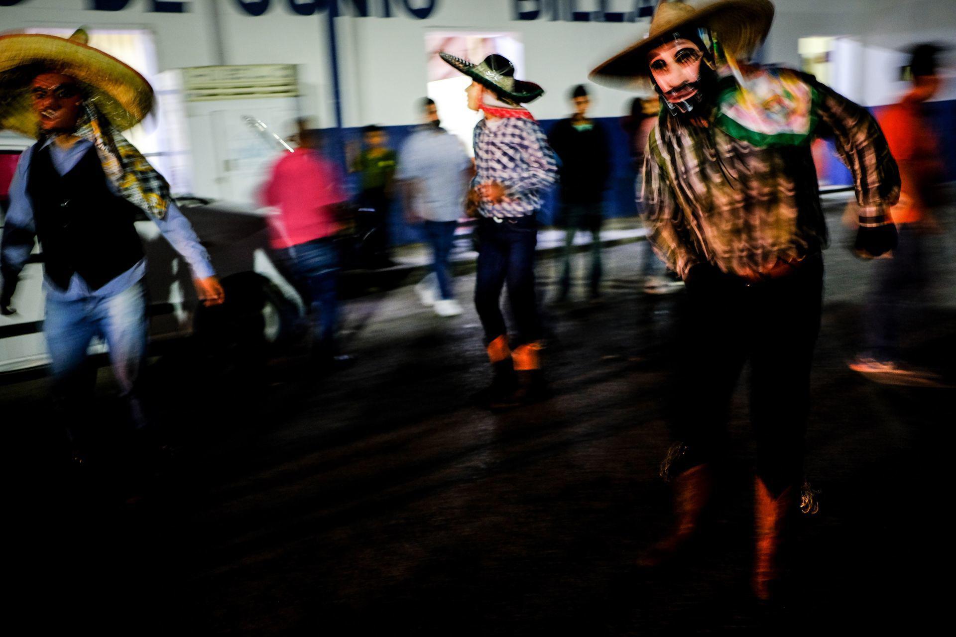 Jaltocán, Hidalgo, México. 1 de noviembre de 2020. Mermada en intensidad y afluencia por la pandemia del nuevo coronavirus, la fiesta continuó este 2020 con el tradicional baile de los
