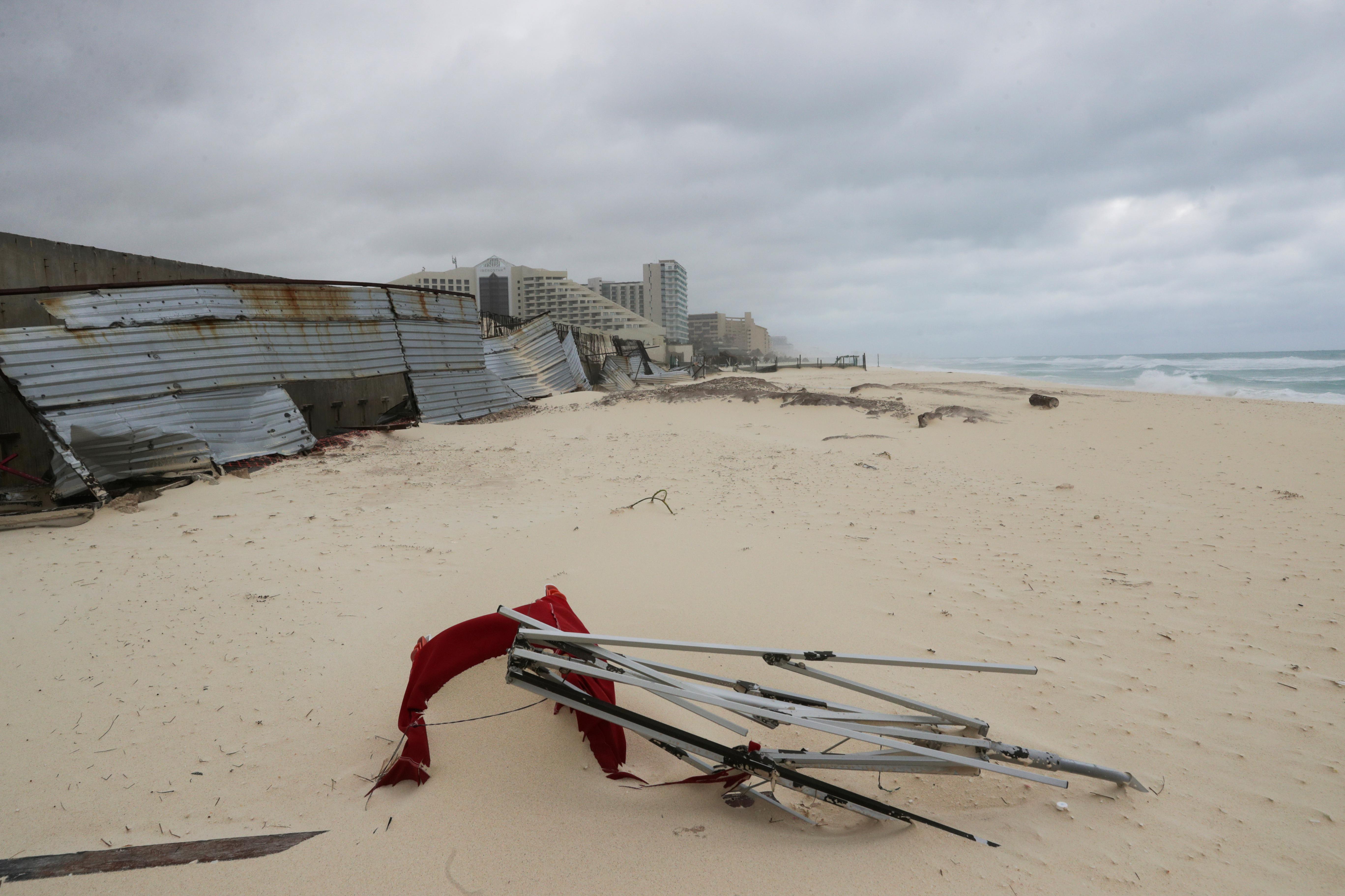 Una bandera roja dañada y caída que advierte de condiciones peligrosas y escombros se ve en una playa cerrada después del huracán Delta, en Cancún, en el estado de Quintana Roo, México, el 7 de octubre de 2020.