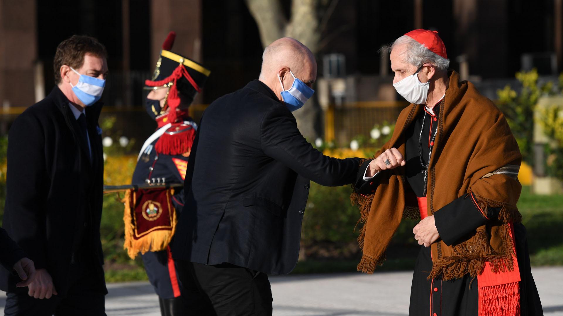 Mario Poli recibiendo el saludo de Rodríguez Larreta