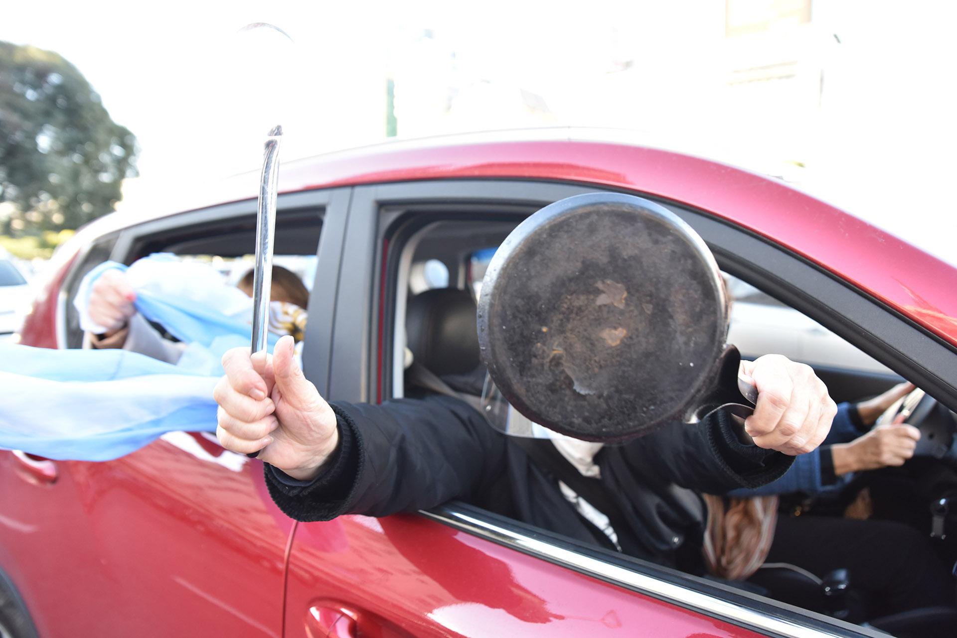 Los automovilistas llevaron cacerolas y cornetas para manifestarse