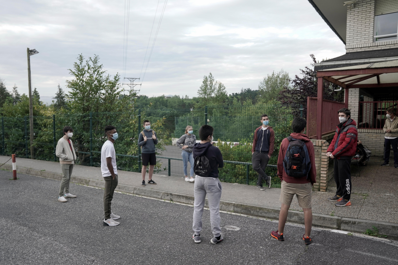 Estudiantes de la escuela Axular Lizeoa, en San Sebastián, antes de ingresar a clase. El País Vasco fue la primera comunidad autónoma en reabrir parcialmente las escuelas (REUTERS/Vincent West)