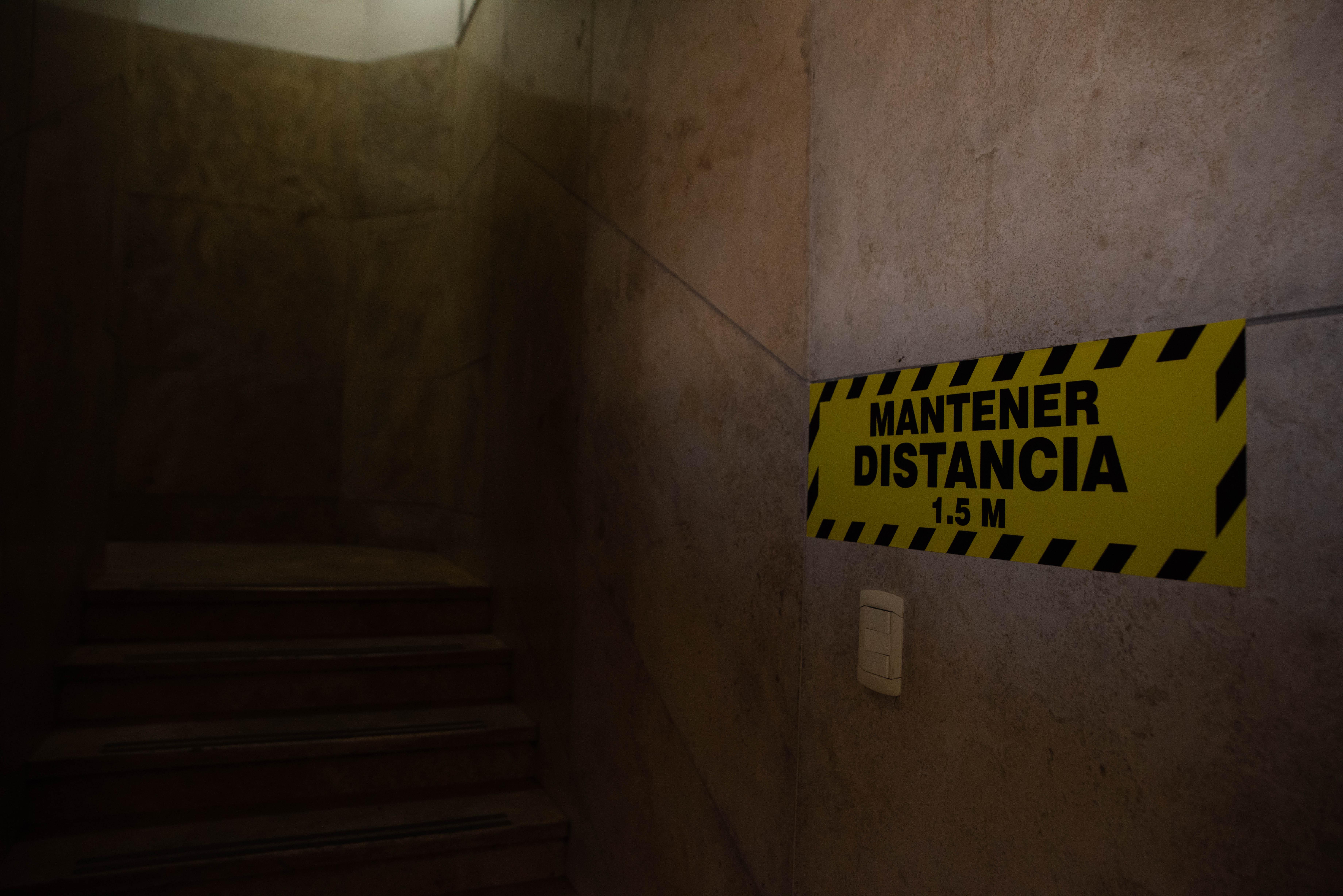 Los carteles en las escaleras. Para usarlas hay que guardar distancia.