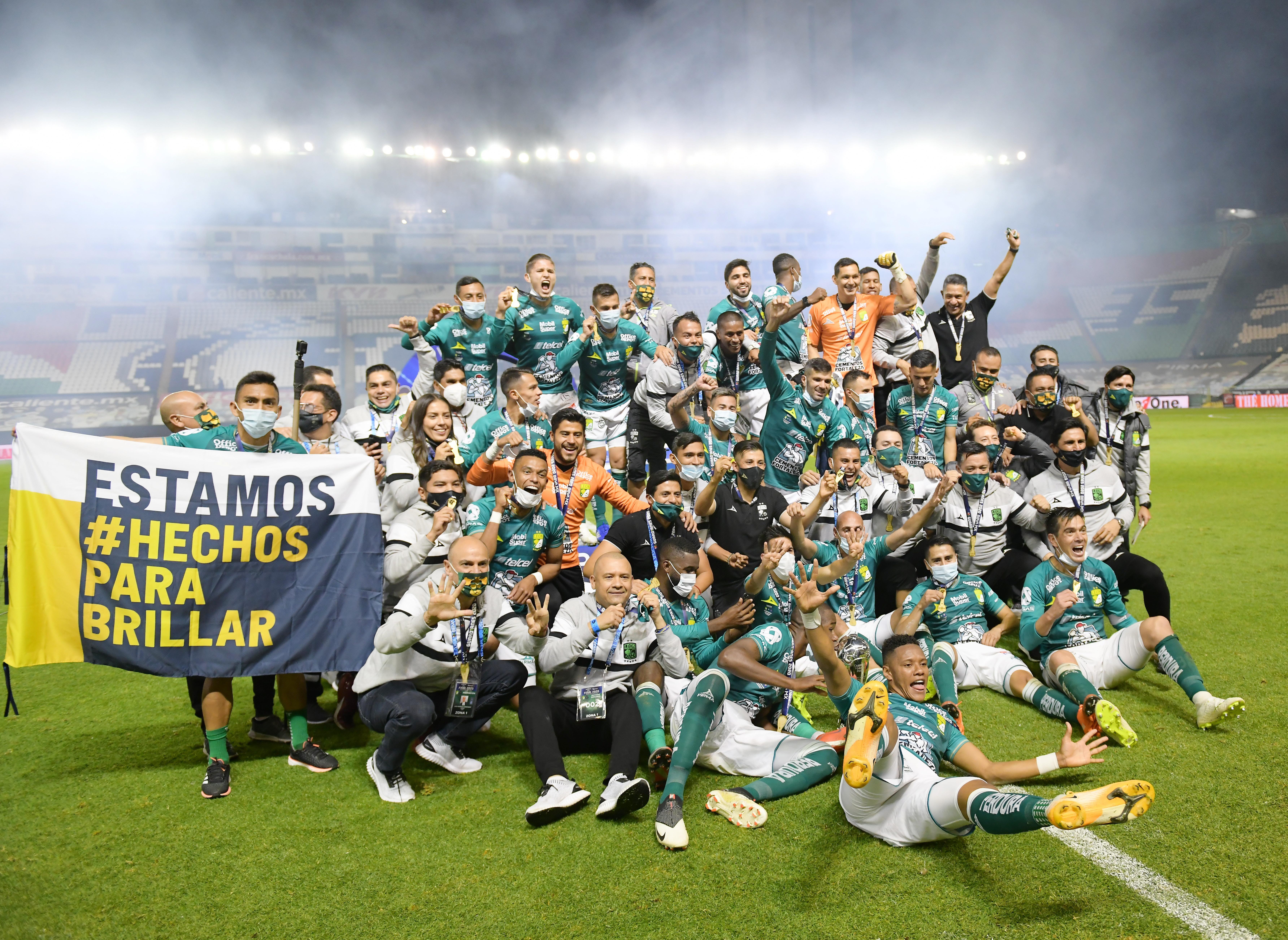 Los jugadores de León celebran con el trofeo de la Liga MX.