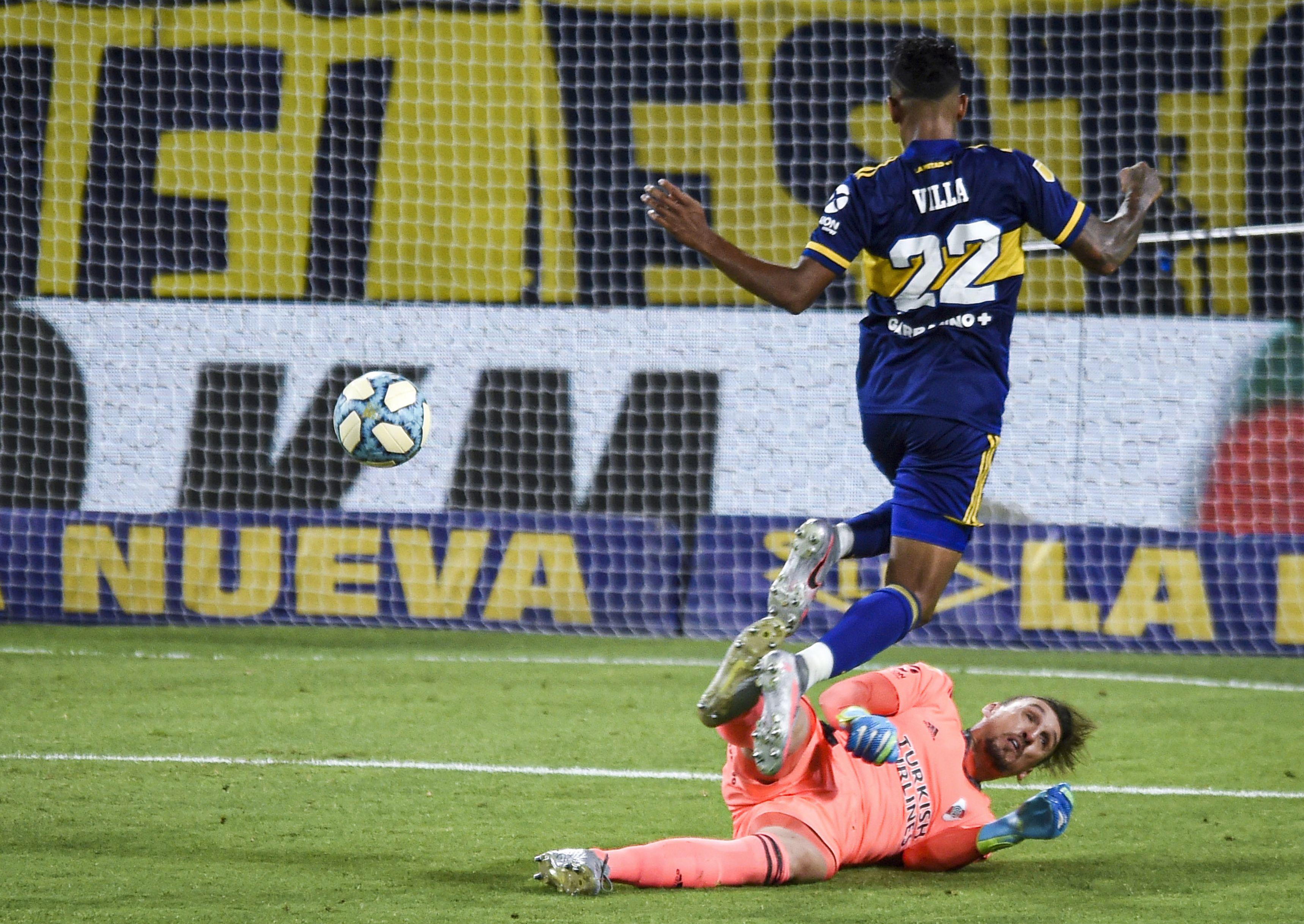 La definición perfecta de Villa frente a Armani para el 2-2 (REUTERS/Marcelo Endelli)