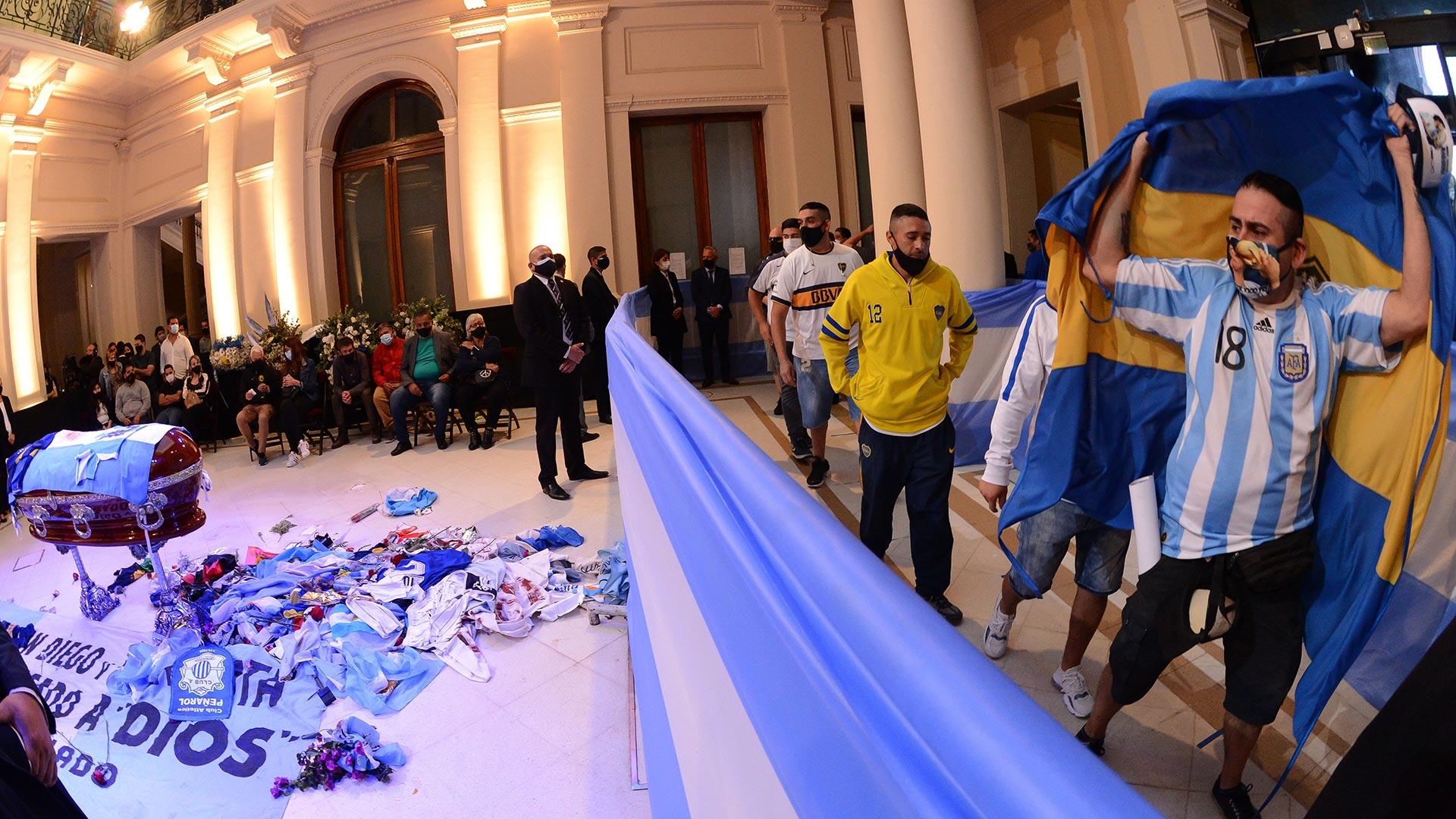 Al fondo, la familia de Diego Maradona. A la derecha, la fila interminable para una última ofrenda al Diez