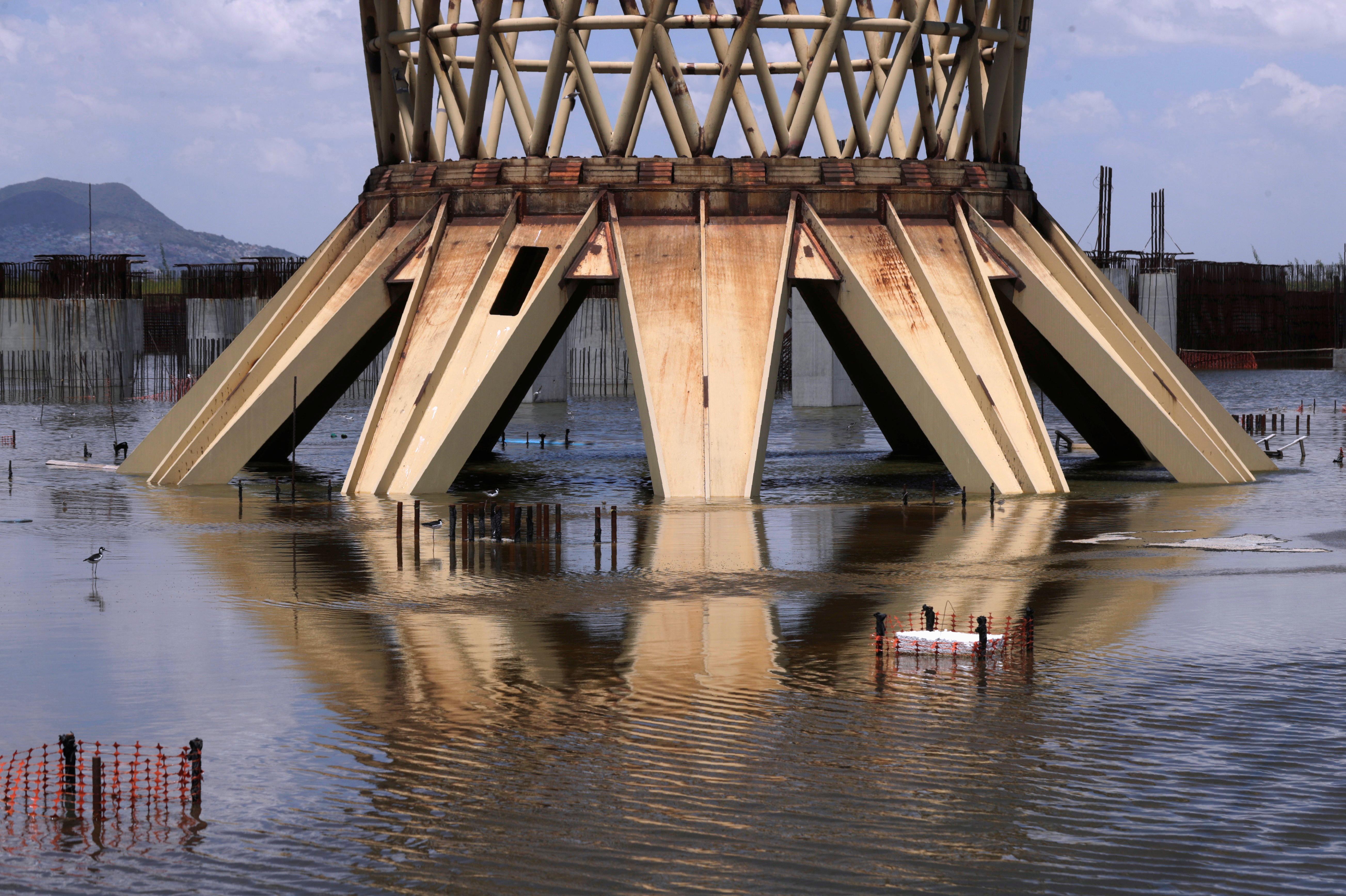 Las autoridades señalan las recientes inundaciones como prueba de que el mantenimiento habría sido difícil y dicen que se completó menos del 20% de la construcción. Para cancelar más de 600 contratos que quedaron en el limbo, se tuvieron que pagar unos 13,000 millones de pesos (603 millones de dólares).