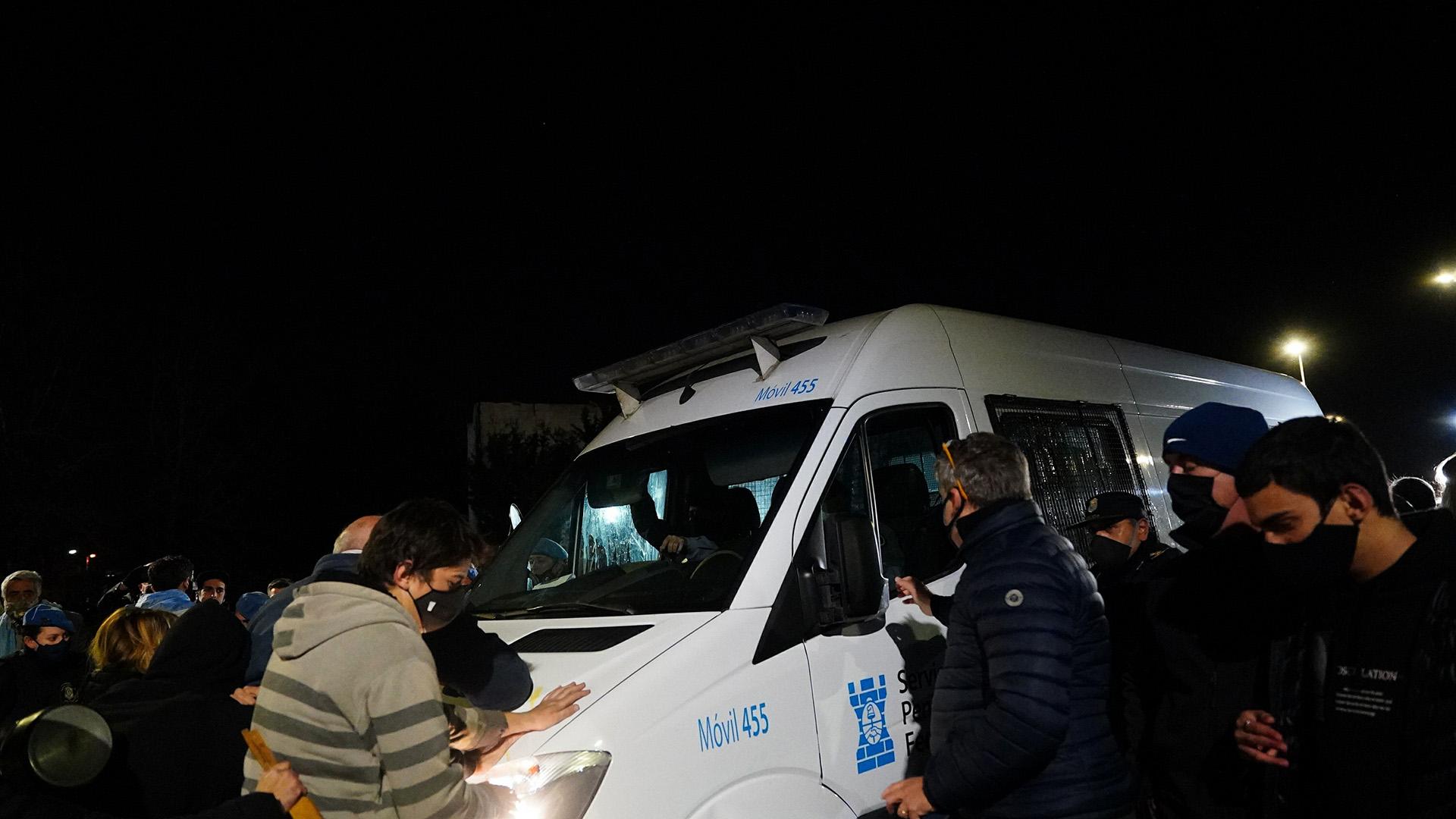 Entre huevazos, empujones y cacerolazos, los vecinos impidieron el ingreso de la camioneta que trasladaba a Báez
