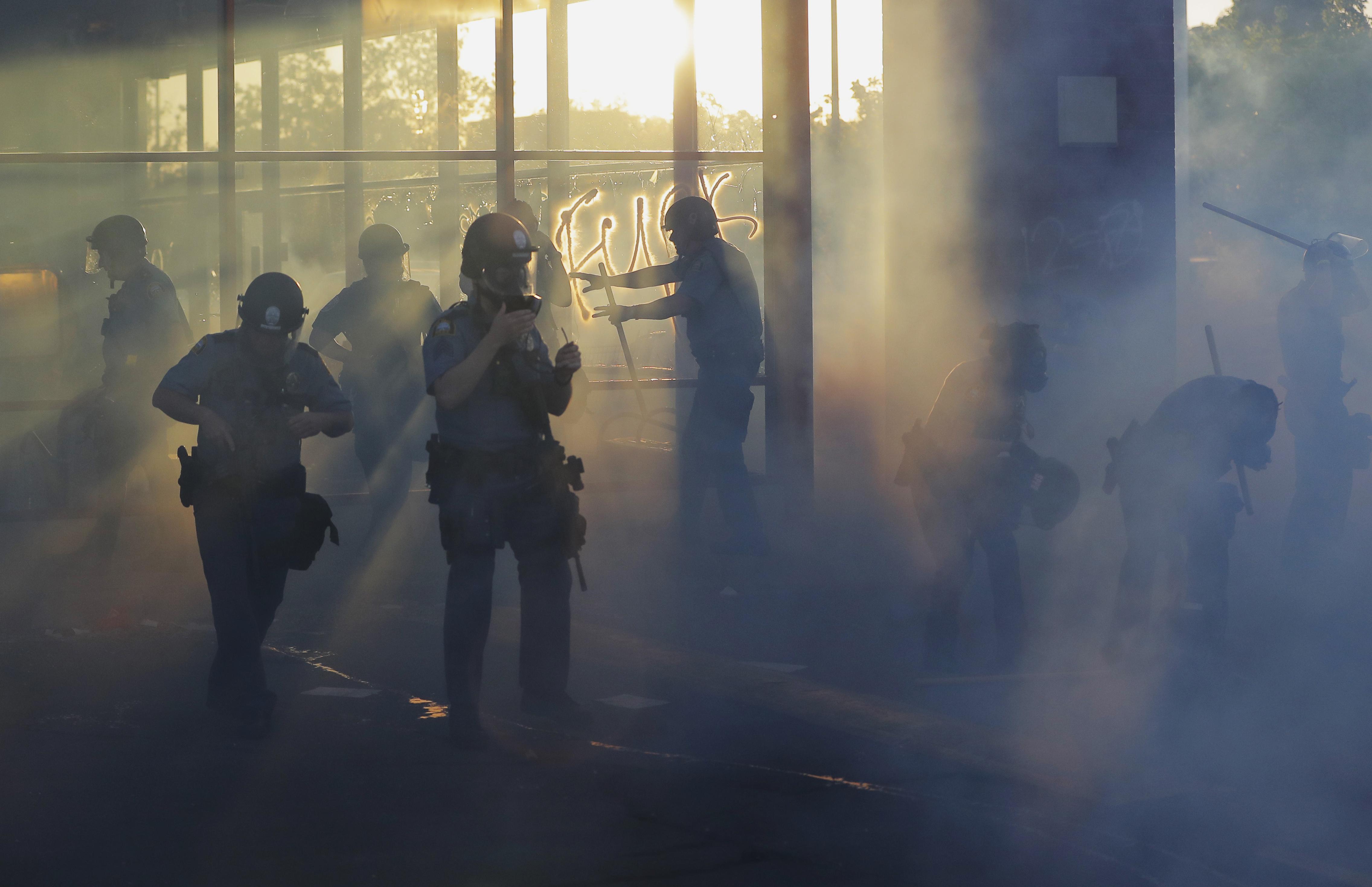 La policía se mueve por una zona de protestas violentas en St. Paul, Minnesota (Foto AP/Julio Cortez)