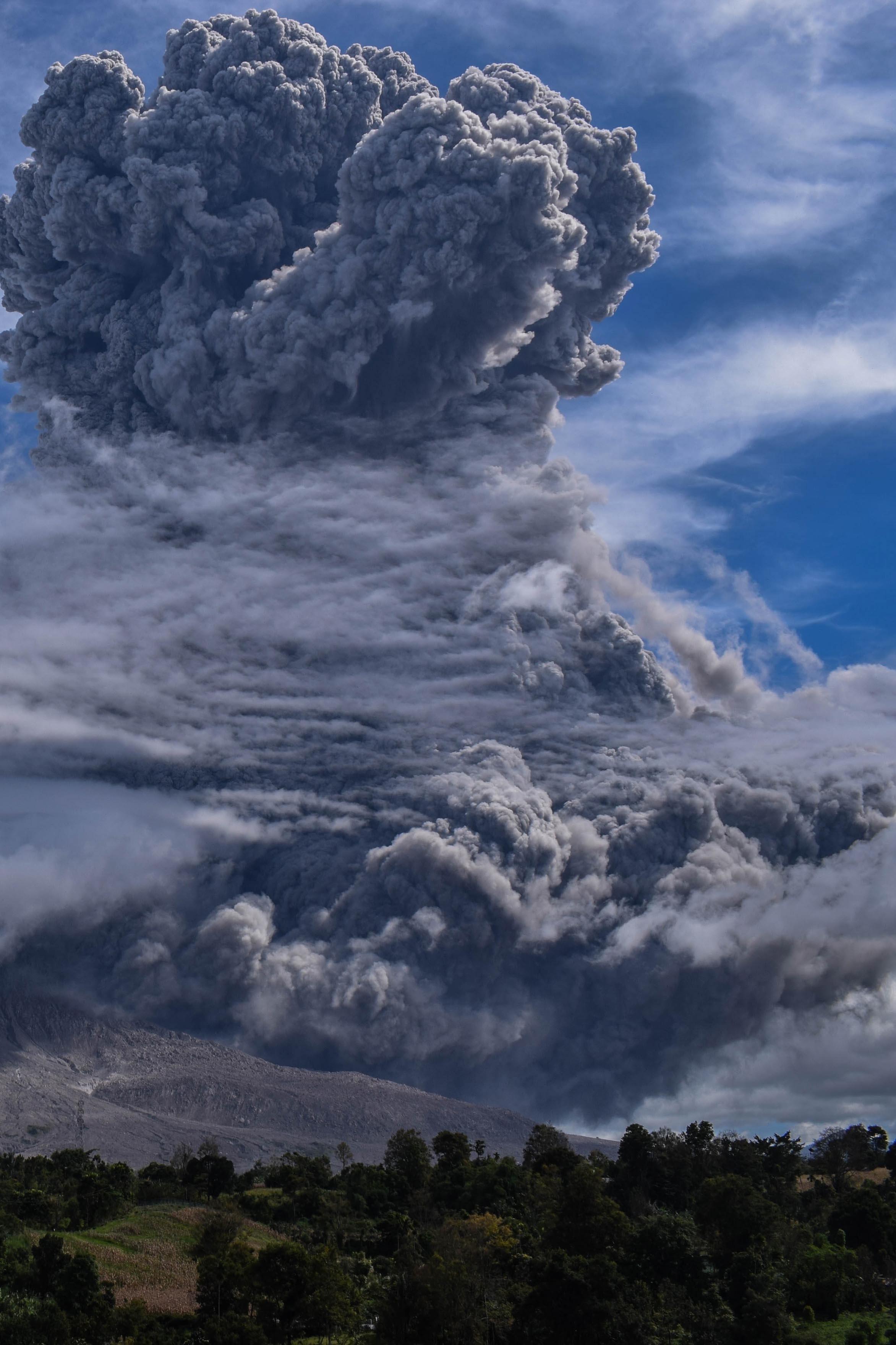 La arena y la ceniza que caen acumulaban hasta 5 centímetros en aldeas ya abandonadas en las laderas del volcán, dijo Armen Putra, un funcionario del puesto de monitoreo de Sinabung en la isla de Sumatra. (EFE/EPA/ITA SITEPU)