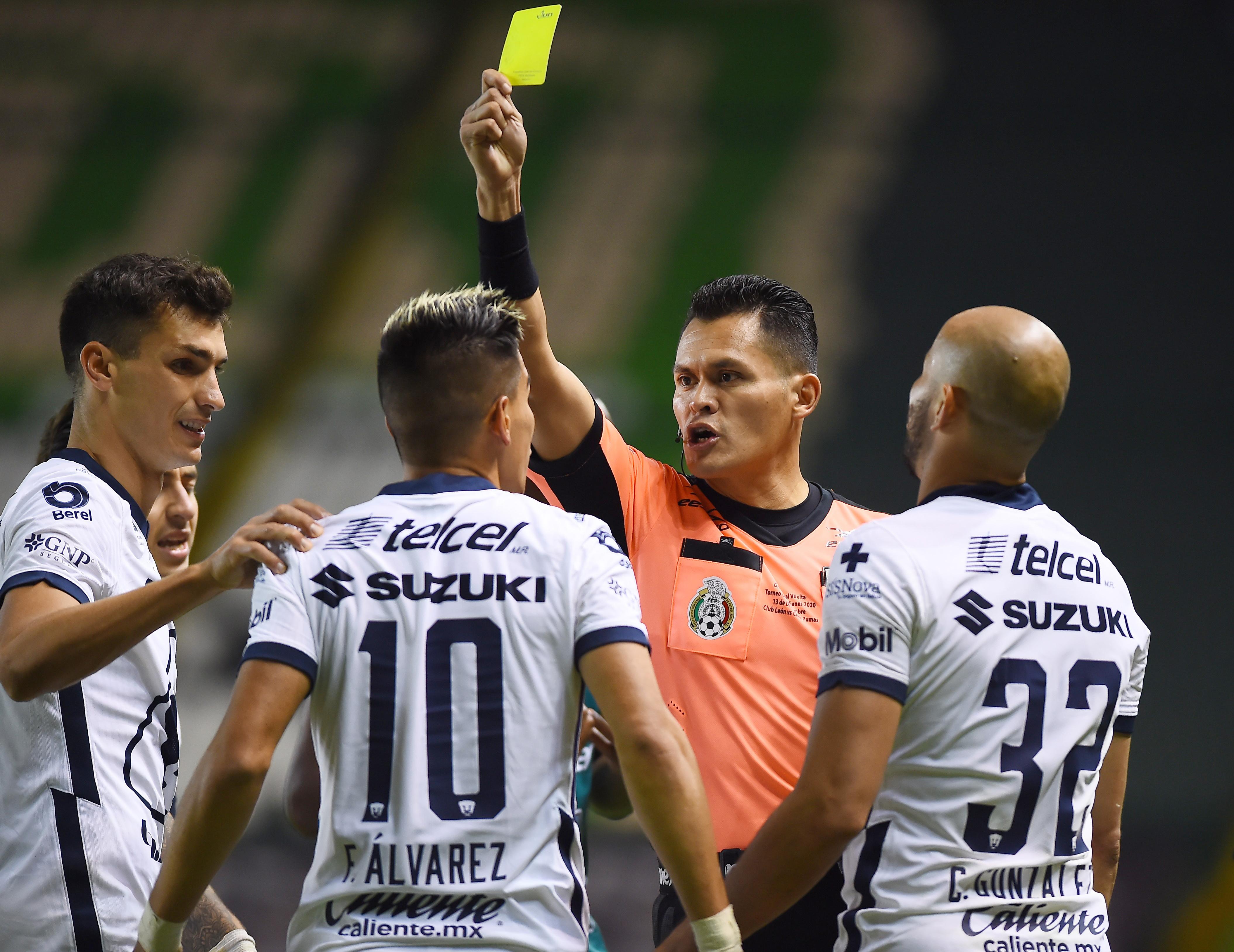 El árbitro Jorge Pérez Durán saca tarjeta amarilla a Favio Álvarez . El 13 de diciembre de 2020.