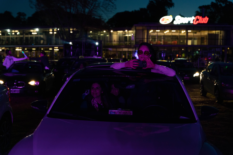 Los espectadores escucharon la música a través de una frecuencia que podían captar en la radio de sus autos.