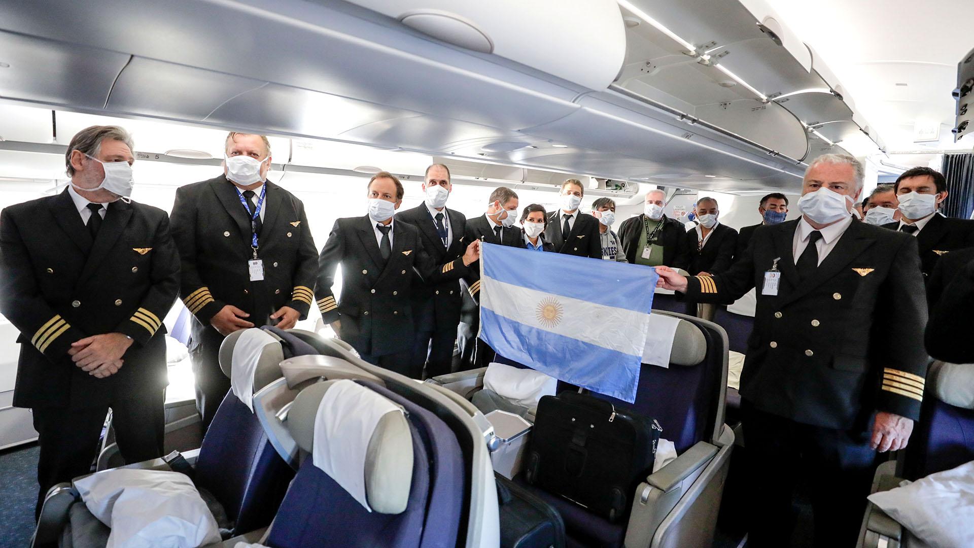 Parte de la tripulación del primer vuelo de Aerolíneas Argentinas que llegó al país el 18 de abril desde China con un cargamento de termómetros digitales, trajes de bioseguridad y kits de detección temprana de COVID-19 entre otros insumos críticos. También incluyó un millón de barbijos quirúrgicos, 150 mil barbijos especiales y 120 mil antiparras. La línea de bandera completará 24 vuelos para traer insumos especiales, a los que se sumarán tres barcos.