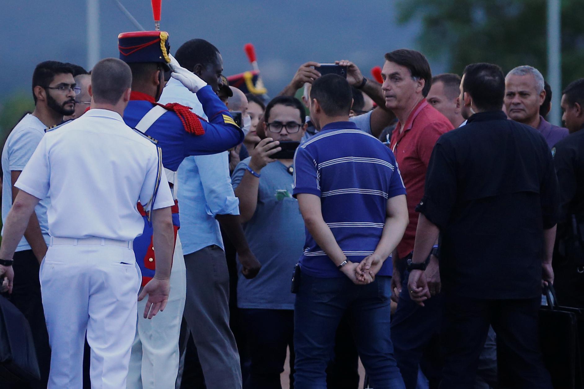 El presidente Jair Bolsonaro, sin máscarilla, saludando a seguidores evangélicos en frente del Palacio de la Alvorada, el pasado 5 de Abril REUTERS/Adriano Machado
