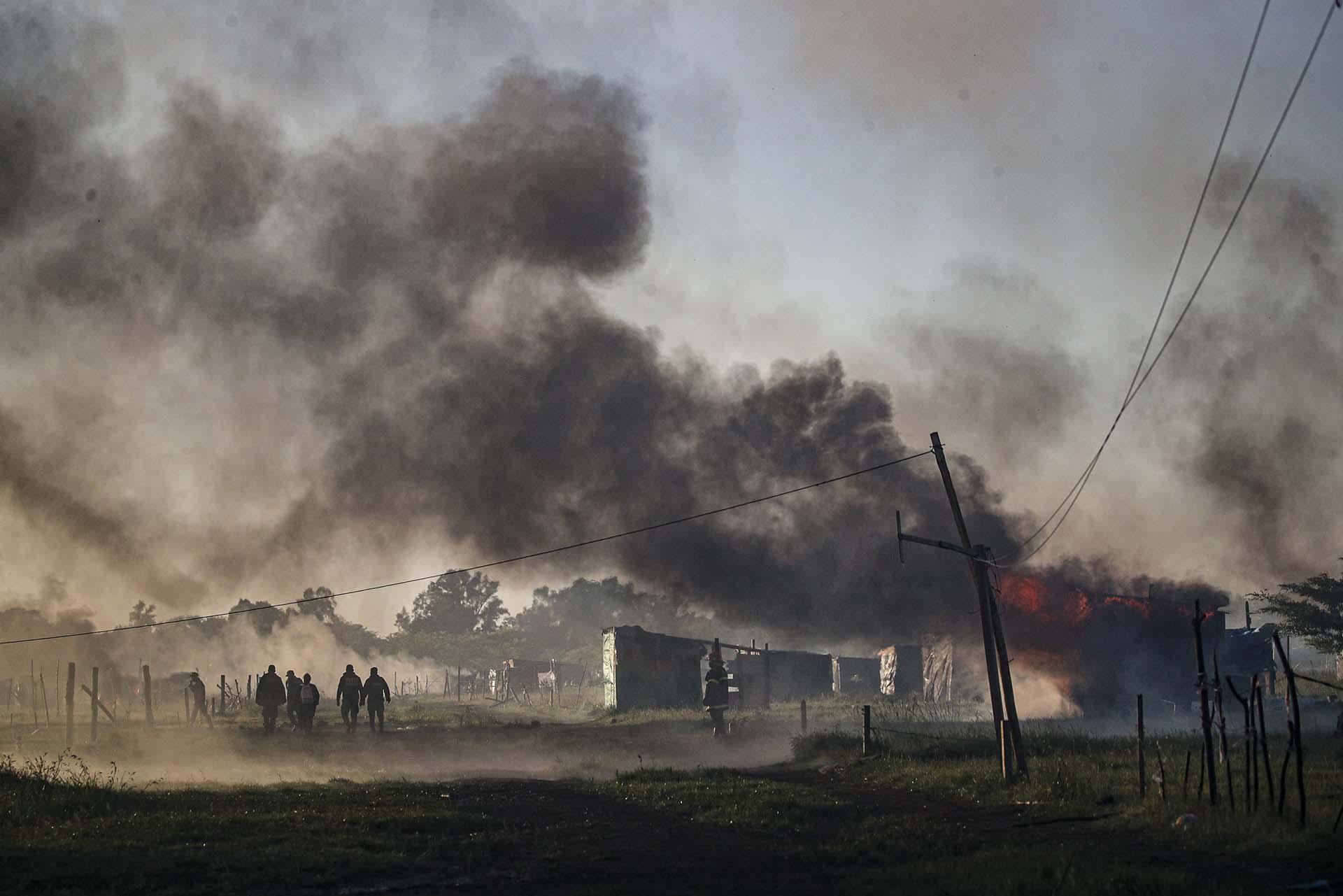 Luego de dos horas de operativo, el predio fue liberado por completo. Los bomberos controlaron los incendios que provocaron los mismos manifestantes que fueron desalojados del predio de 100 hectáreas. Mientras las familias lloraban y intentaban resistir el desalojo