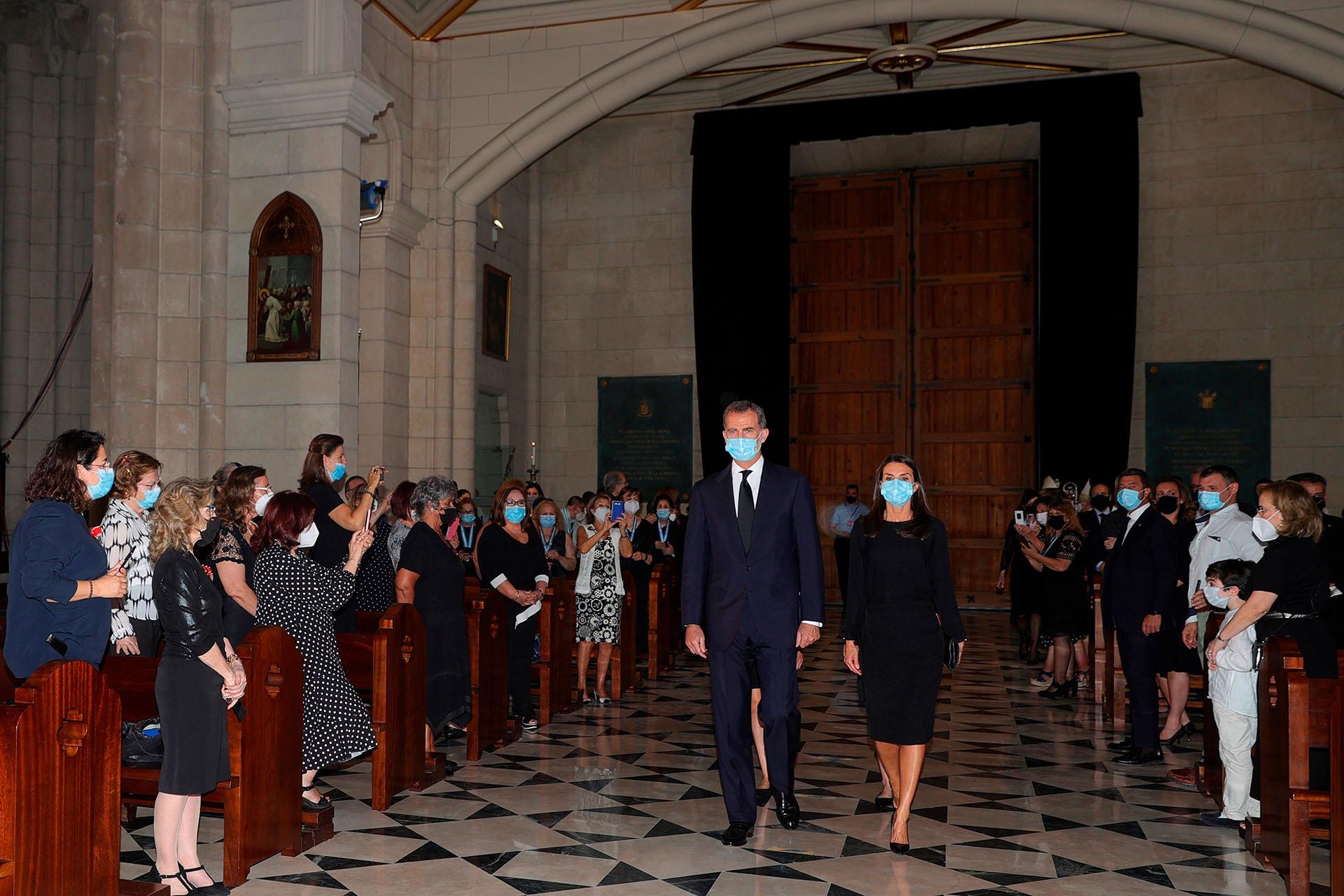 La entrada de los reyes Felipe y Letizia a la catedral de Santa María la Real de la Almudena, en Madrid, donde se llevó a cabo la misa en memoria de las víctimas del COVID-19
