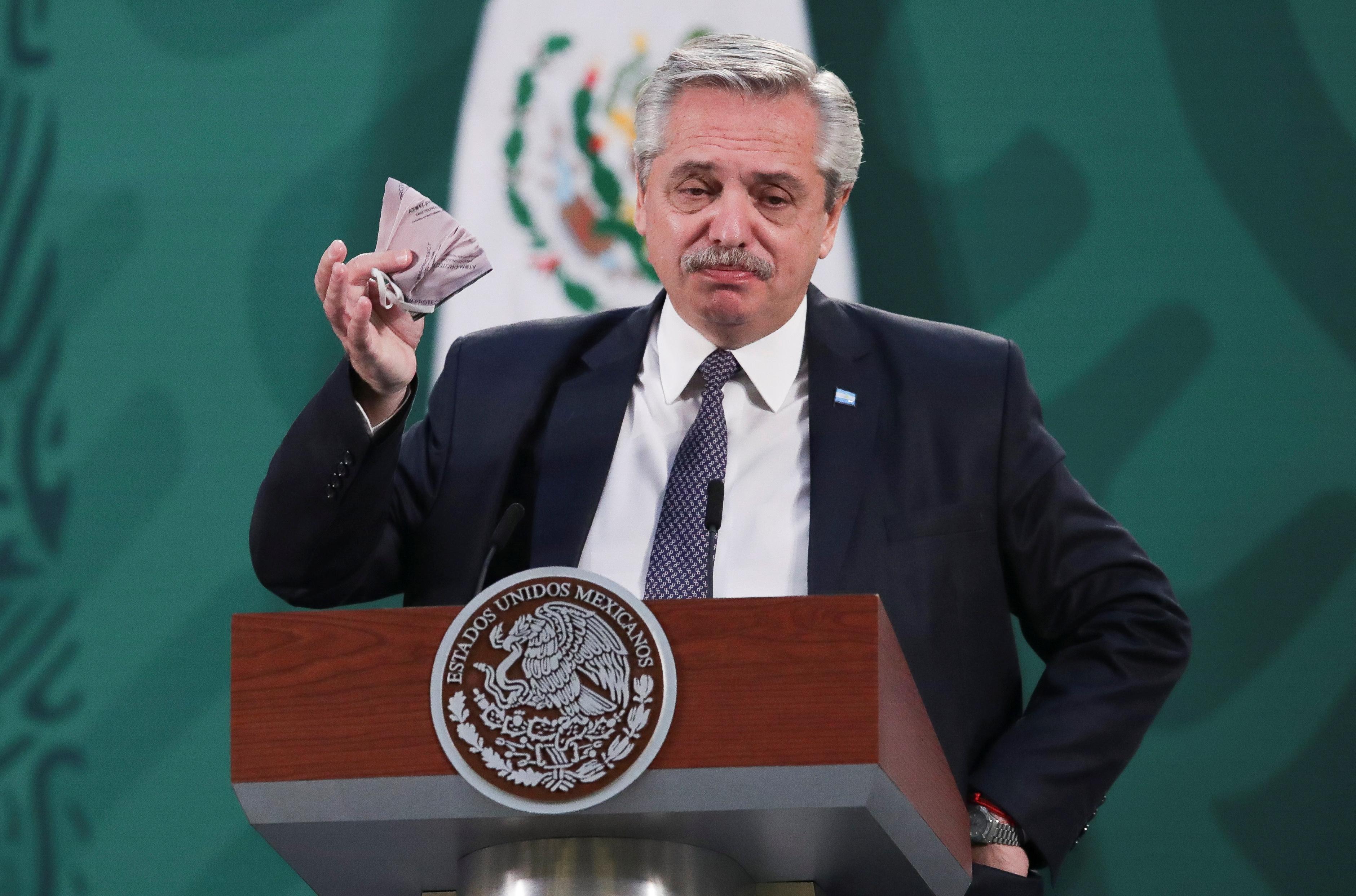 El presidente de Argentina, Alberto Fernández, sostiene una mascarilla durante una conferencia de prensa en el Palacio Nacional, en la Ciudad de México, México el 23 de febrero de 2021.