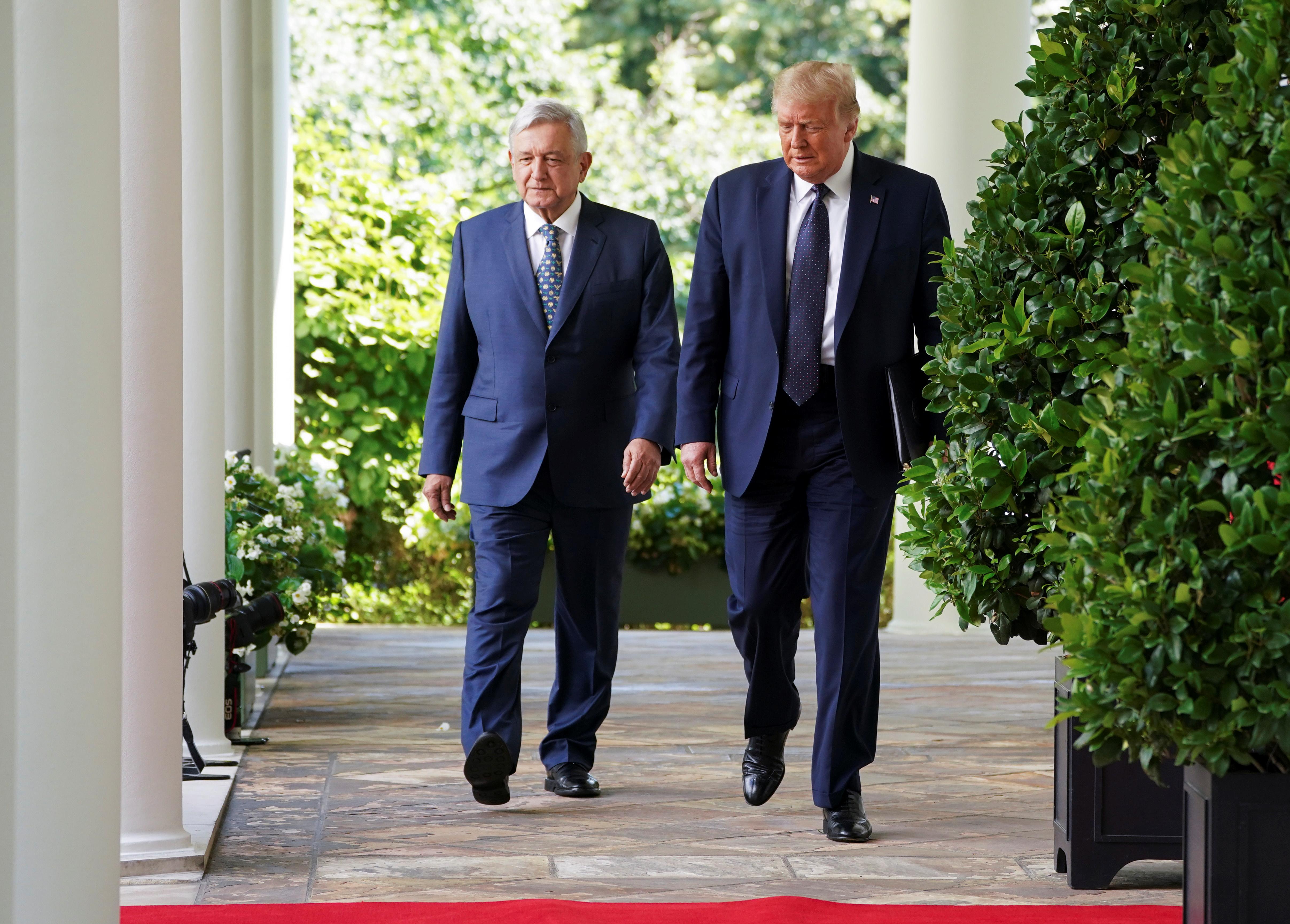 El presidente de los Estados Unidos, Donald Trump, conduce al presidente de México, Andrés Manuel López Obrador, por el ala oeste al Jardín de las Rosas en la Casa Blanca en Washington, EE. UU., 8 de julio de 2020. (Foto: REUTERS / Kevin Lamarque)