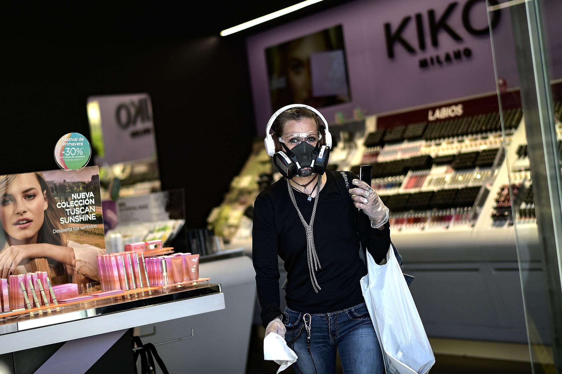 Una mujer sale de un negocio de cosméticos en Pamplona, España.