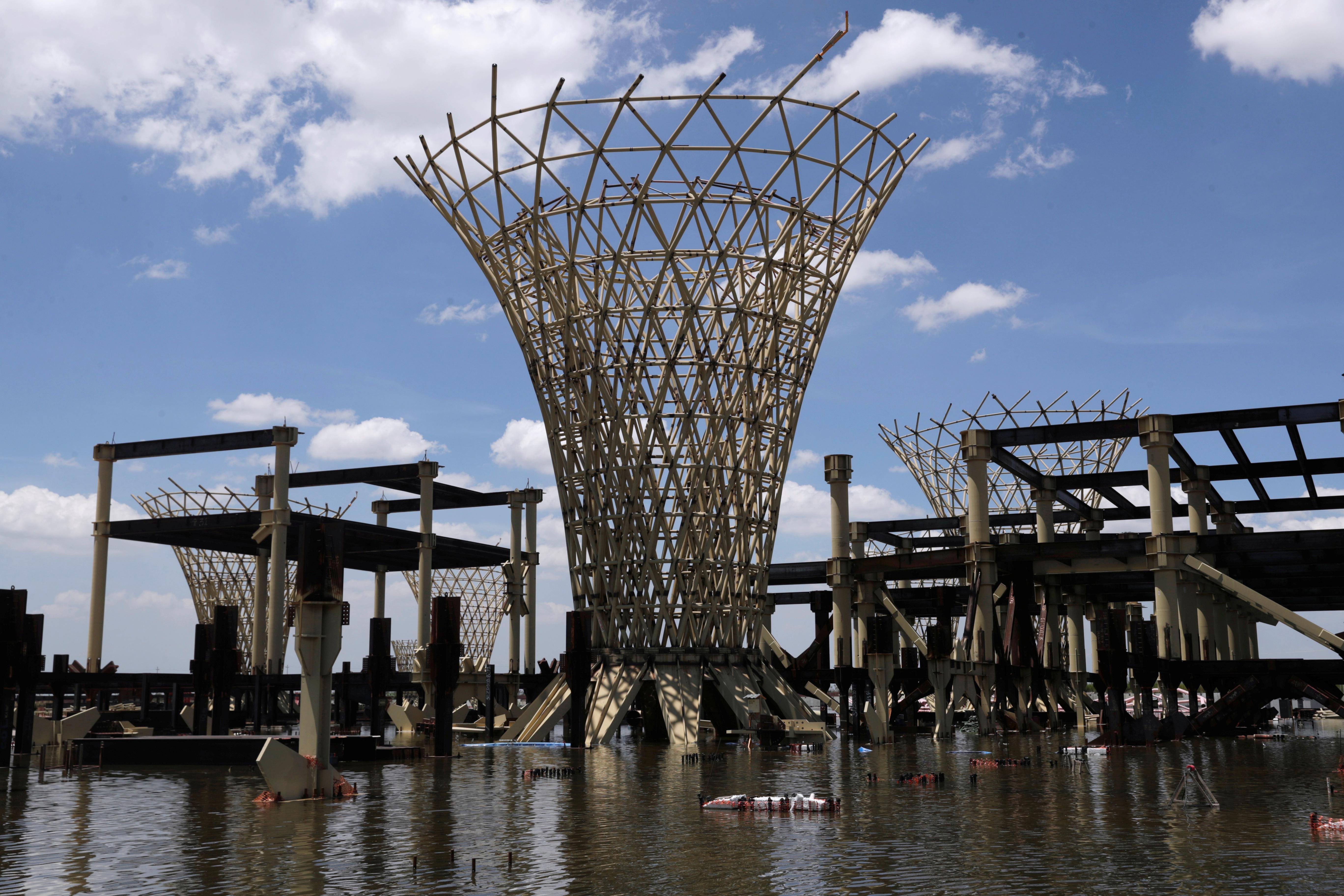 Una vista general muestra partes de la estructura de la terminal de vuelo en una construcción abandonada de un aeropuerto de la Ciudad de México que fue desguazado hace dos años, ahora inundado por las lluvias de verano, en Texcoco, en las afueras de la Ciudad de México, México, el 3 de septiembre de 2020. Imagen tomada el 3 de septiembre de 2020.