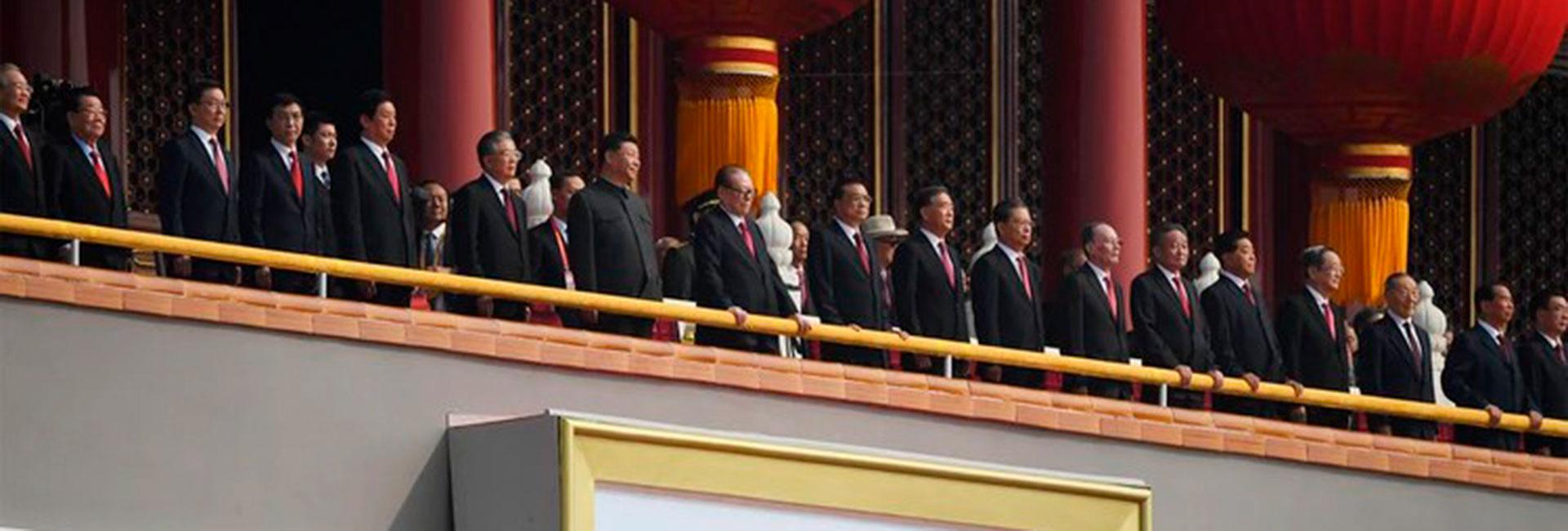 El presidente chino xi Jinping (vestido con traje Mao) y la cúpula del Partido Comunista durante el 70 aniversario de la fundación de la República Popular