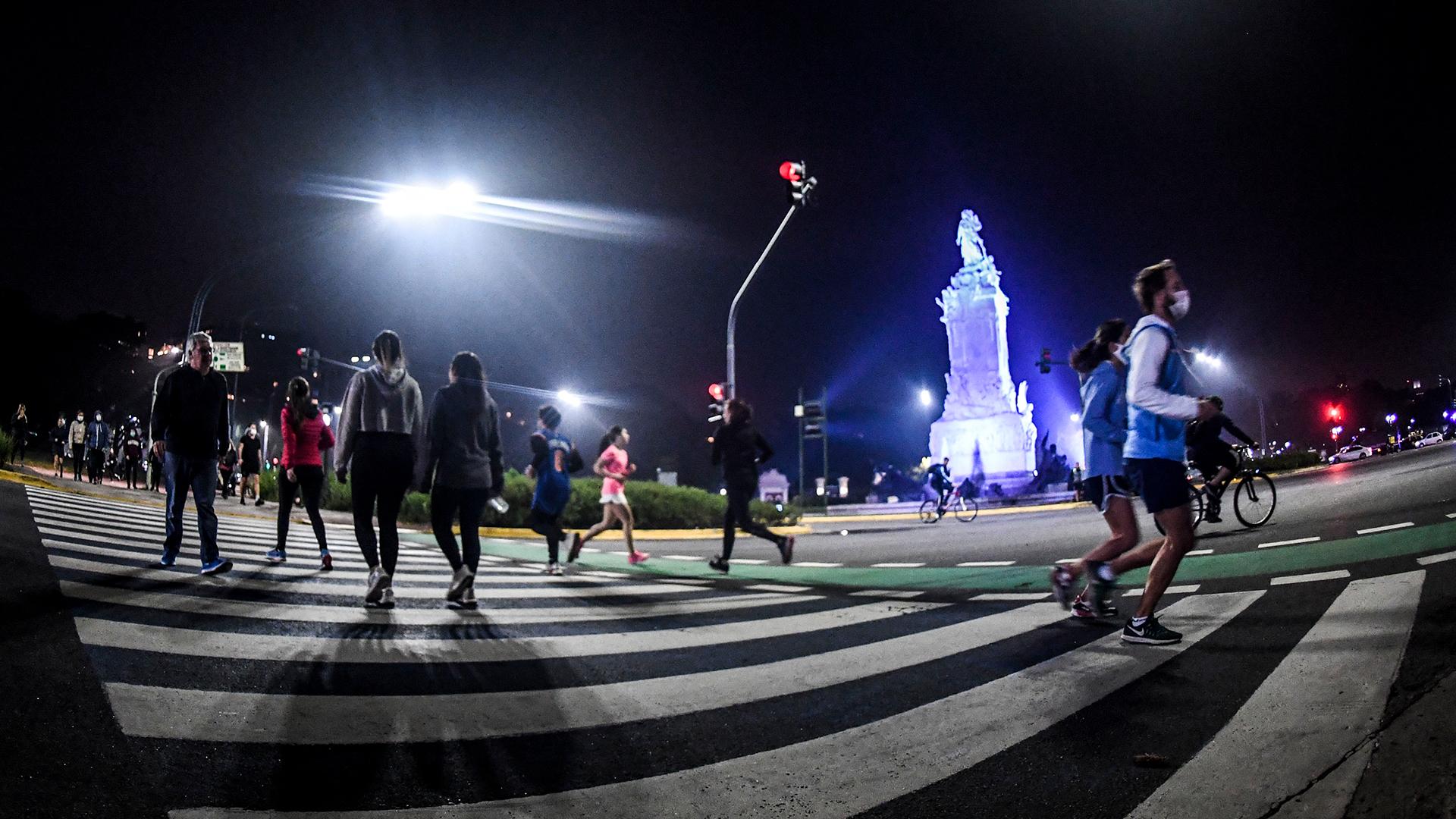 El lunes 8 de junio a las 20 horas empezó a regir la habilitación para salir a hacer actividad física en la Ciudad de Buenos Aires. Miles de porteños salieron a correr, caminar, y andar en bicicleta por parques y plazas, en muchos casos sin respetar la distancia requerida para evitar contagios de COVID-19. En el gobierno de Horacio Rodríguez Larreta hubo un alerta y se advirtió que si crecían los casos de coronavirus se daría marcha atrás con la medida.