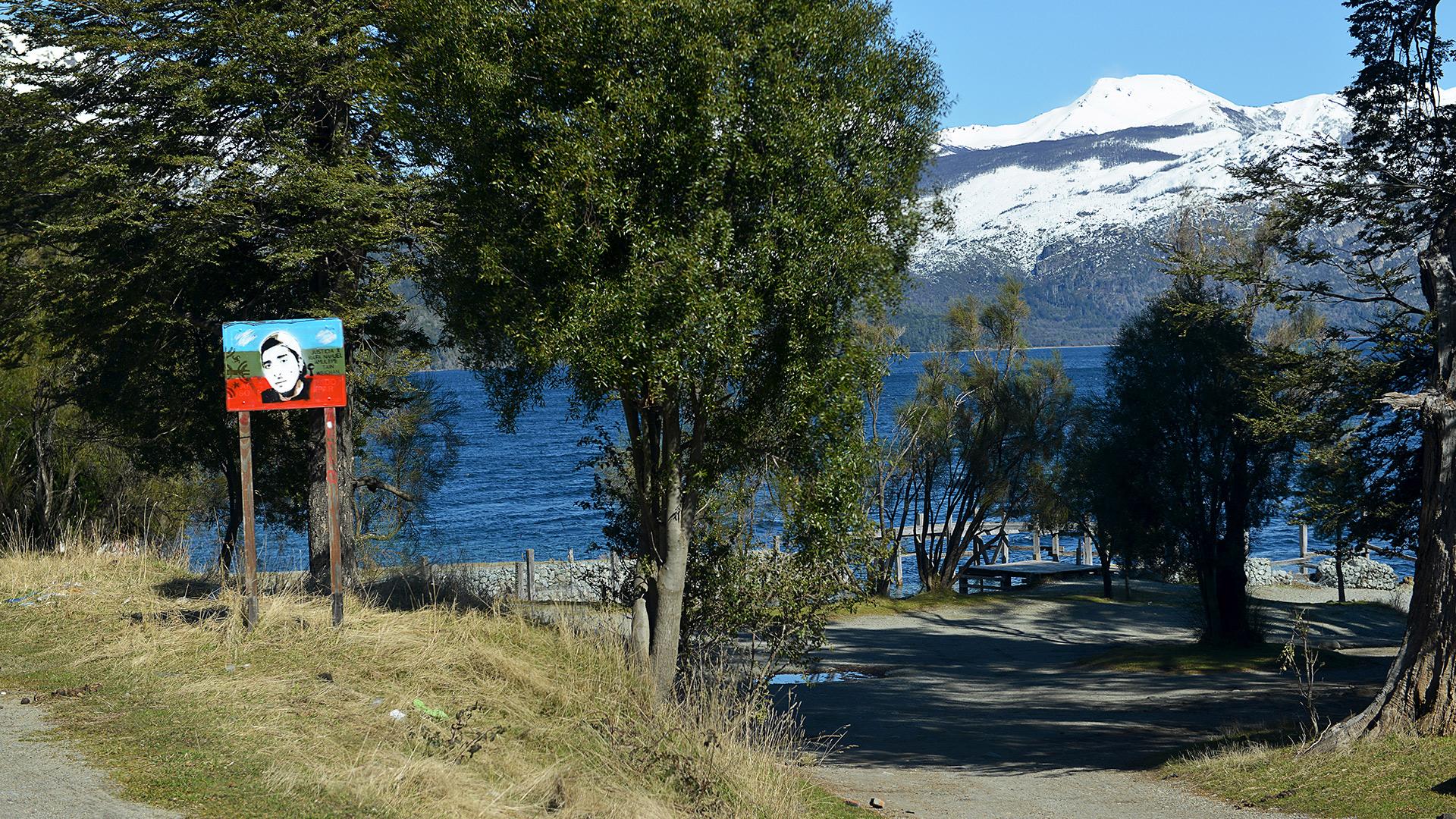 Mascardi es foco de una histórica pulseada por la propiedad de tierras de las que grupos mapuches afirman tener derechos ancestrales. La comunidad Lafken Winkul Mapu tomó posesión hace tres años de un predio de aproximadamente seis hectáreas ubicado dentro del Parque Nacional Nahuel Huapi.