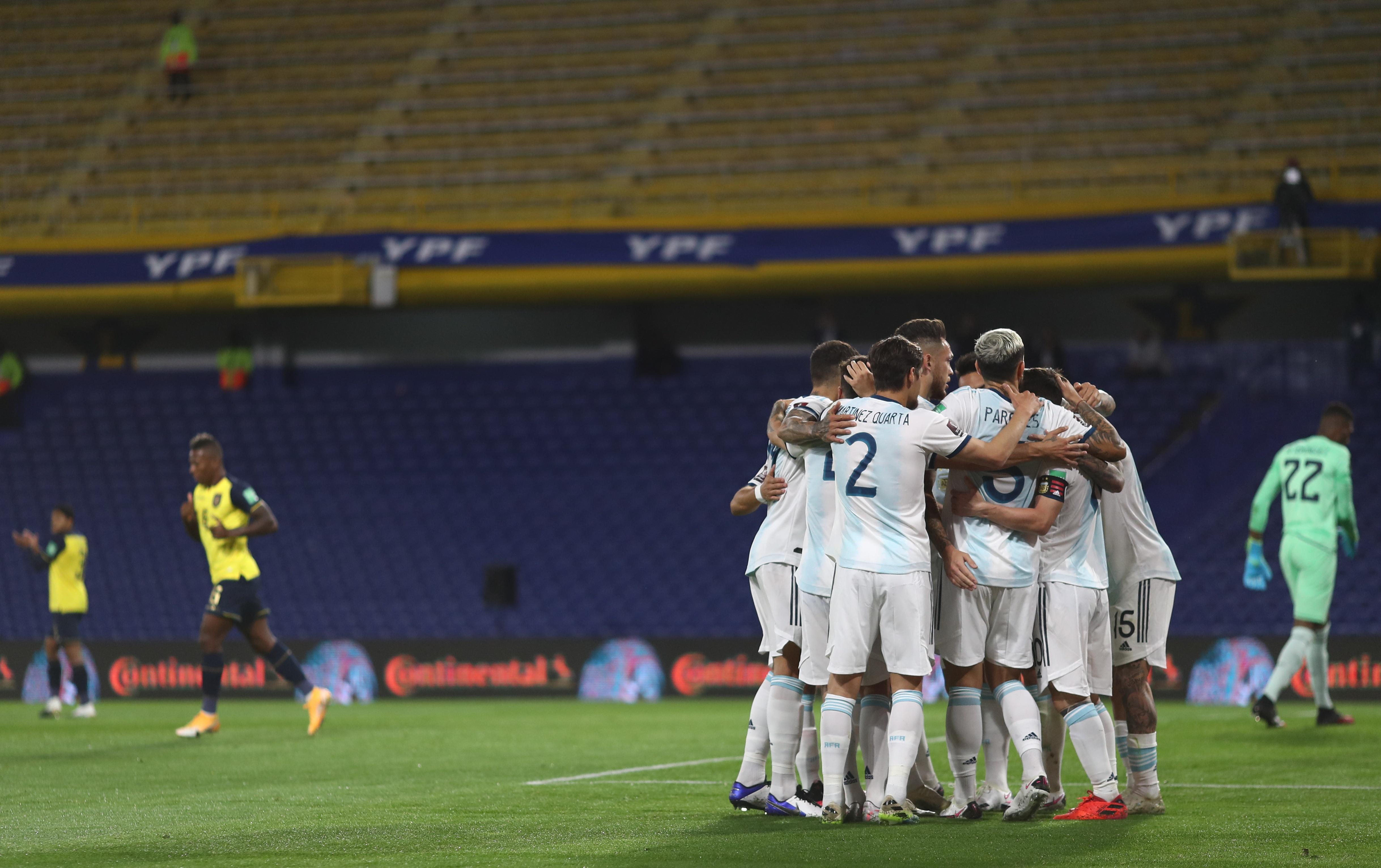 El plantel de Argentina, un racimo en el festejo del gol (REUTERS/Agustin Marcarian)