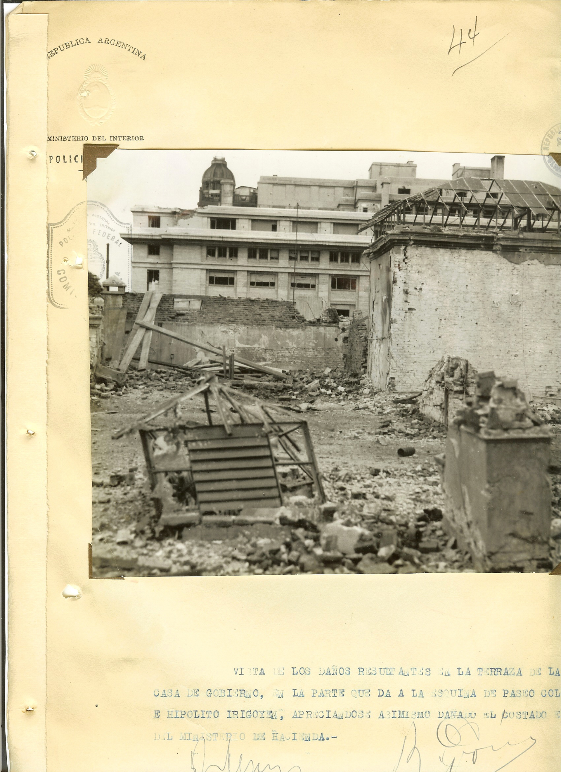 Escombros en la terraza de la Casa Rosada. Perón sería derrocado meses después.