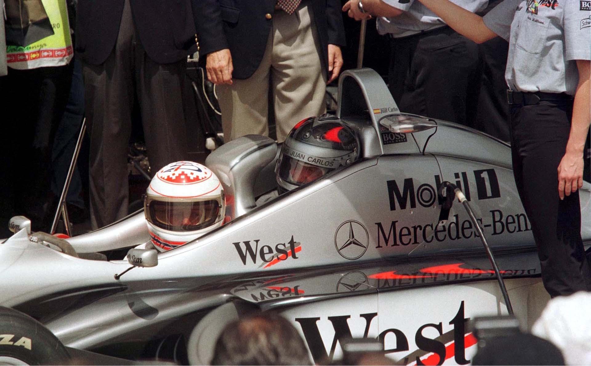 Juan Carlos a bordo de un automóvil de Fórmula Uno durante el Gran Premio de España en 1999 (Shutterstock)