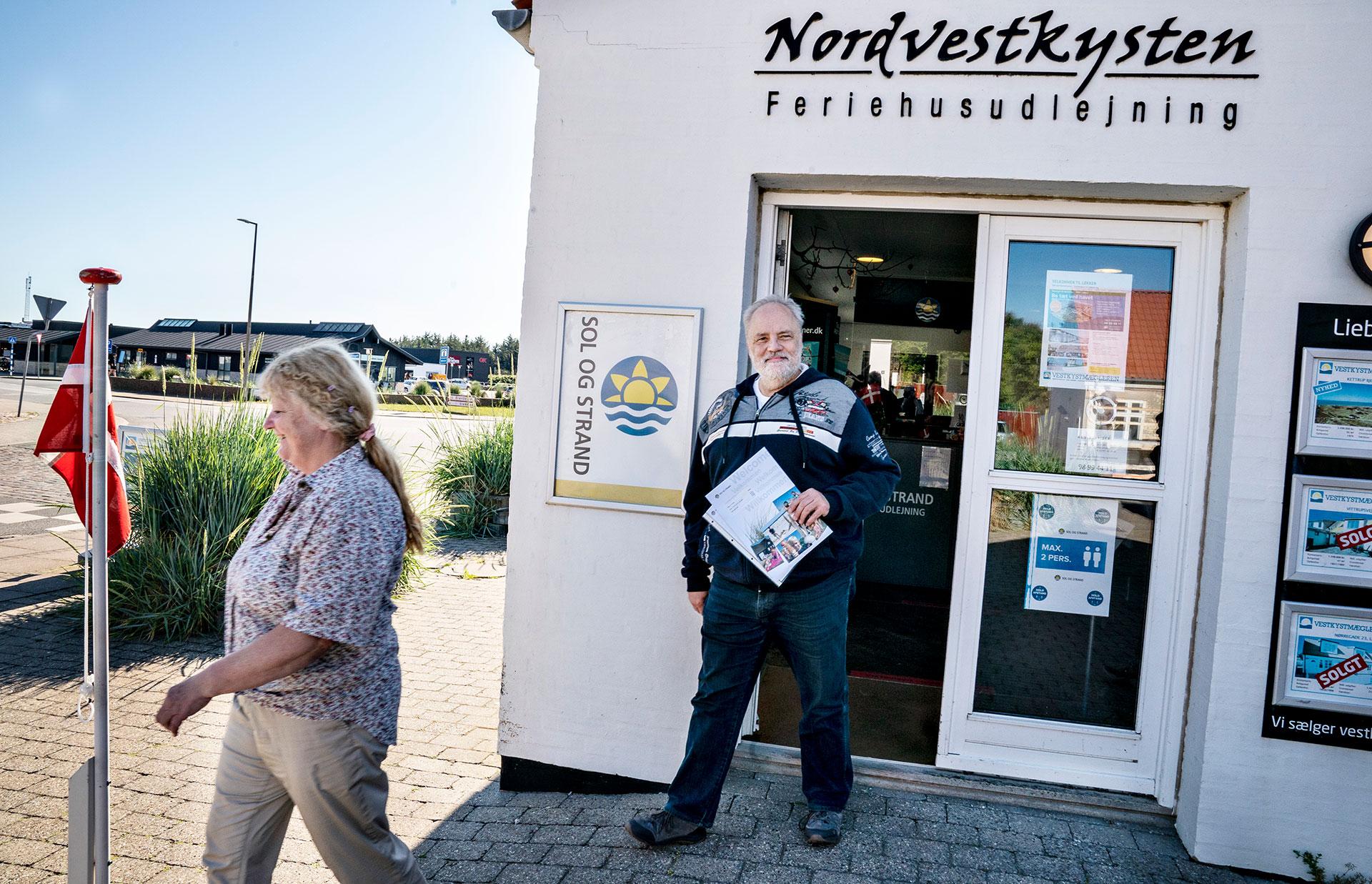 Turistas alemanes llegan al centro vacacional de Loekken en Dinamarca. (AFP)