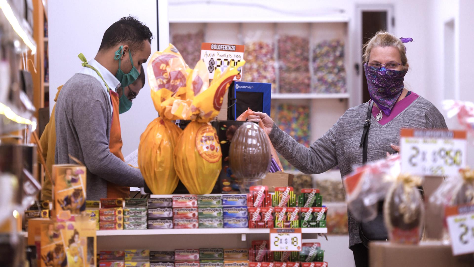 Para hacer las compras, también hubo un protocolo. Entre otras medidas, los supermercados debieron implementar el horario de atención al público de 7 a 20 hs. a fin de evitar las concentraciones de los clientes. También disponer de personal específicamente destinado a controlar el acceso y evitar aglomeraciones en los locales de venta, para mantener la distancia social recomendada entre clientes y trabajadores. Señalizar los lugares de espera, de manera de mantener una distancia de 1,5m. entre clientes en lugares de espera tanto en línea de cajas como donde los consumidores deban formar fila para ser atendidos.