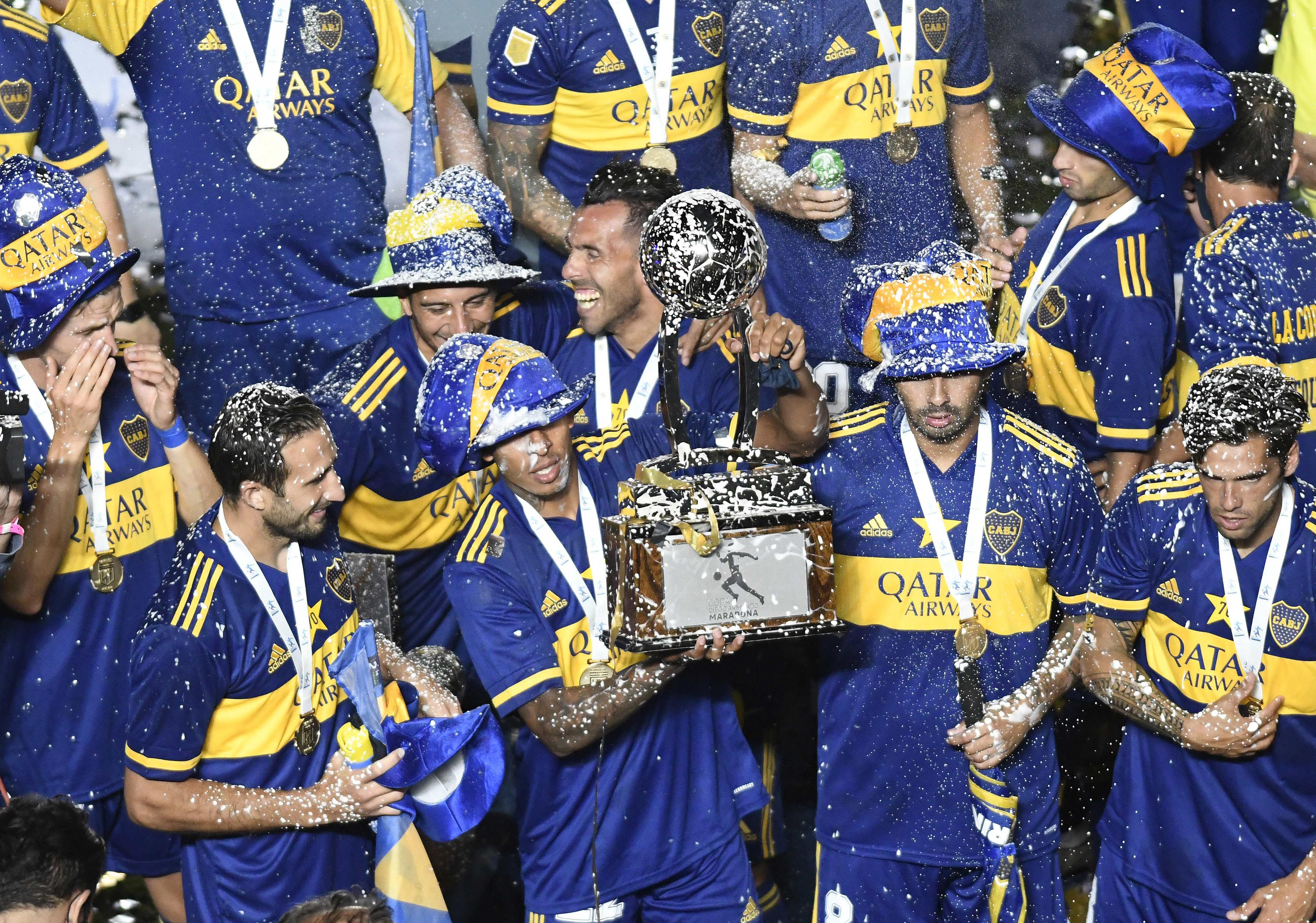 Carlos Tevez ingresó en el complemento y con este título igualó la línea de Juan Román Riquelme con 11 trofeos en Boca