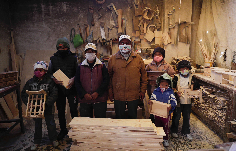 En El Alto, un suburbio ubicado en una parte elevada de La Paz, Bolivia, cinco hermanos de entre 6 y 14 años de edad se envuelven en abrigos y sombreros contra el aire frío de la montaña mientras ellos y sus padres trabajan en el pequeño taller de carpintería familiar.