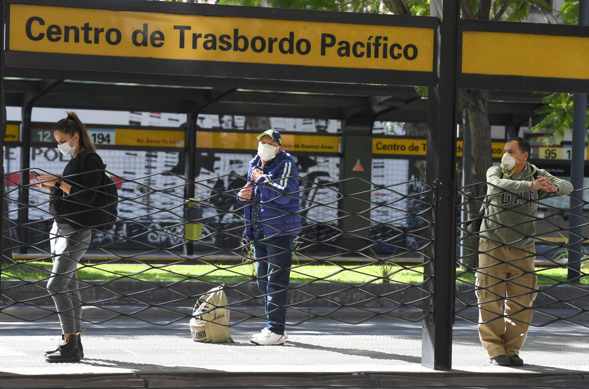 Pasajeros de ómnibus aguardando el suyo en la zona de Pacífico, en Palermo. La distancia social es uno de los aprendizajes que todos hemos incorporado en esta cuarentena que lleva 90 días.