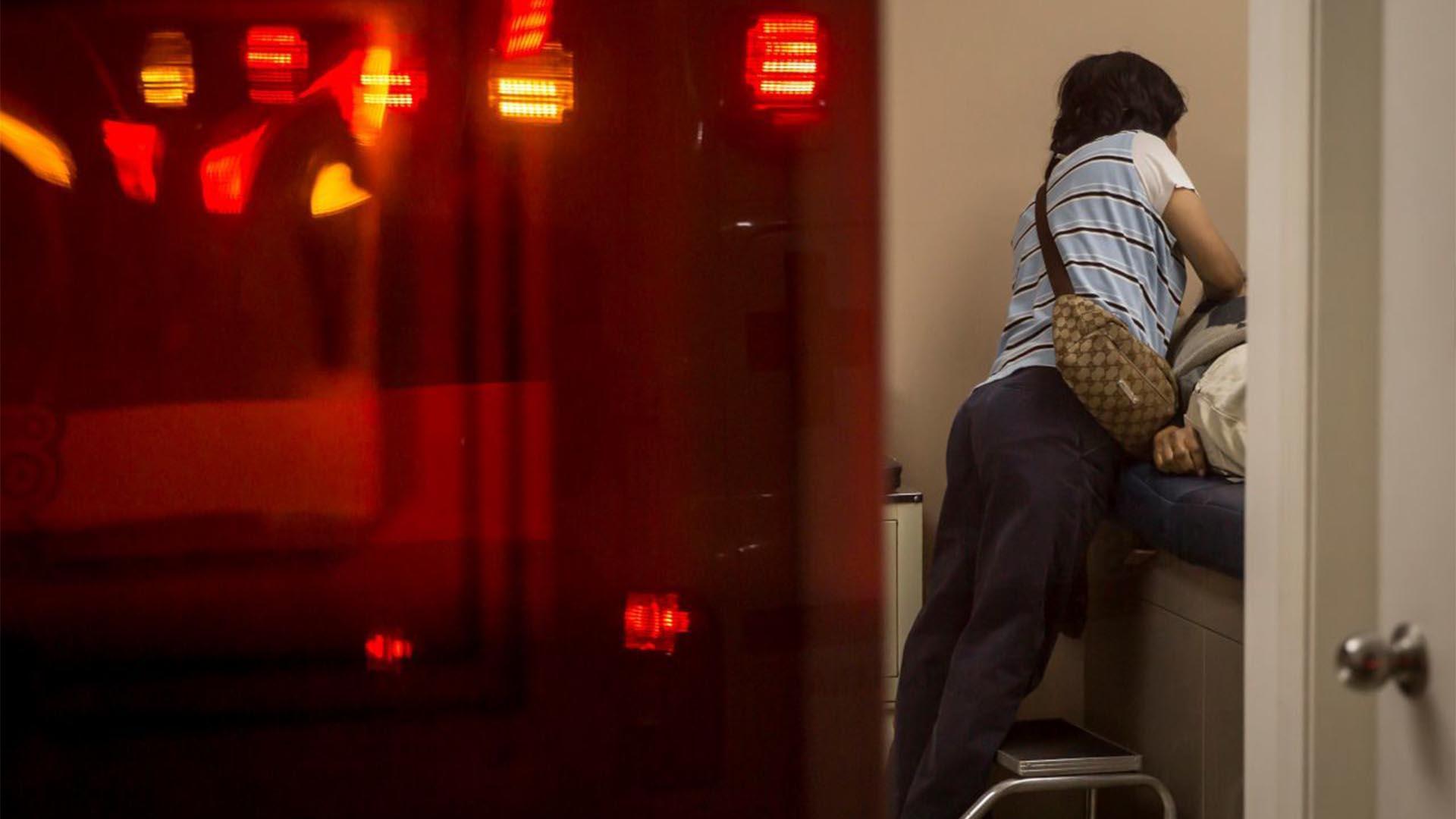 Una mujer se despide de su esposo que murió tras presentar síntomas de COVID-19, esto en el consultorio médico de una farmacia, paramédicos de la Cruz Roja que atendieron el llamado de auxilio determinaron que ya no tenía signos vitales (Foto: Cuartoscuro/Omar Martínez)