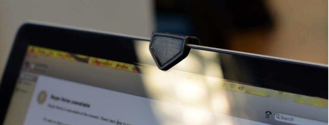 Apple recomienda no usar cobertores de cámara en las portátiles y de hacerlo, deberían tener un grosor menor a 0,1 mm.