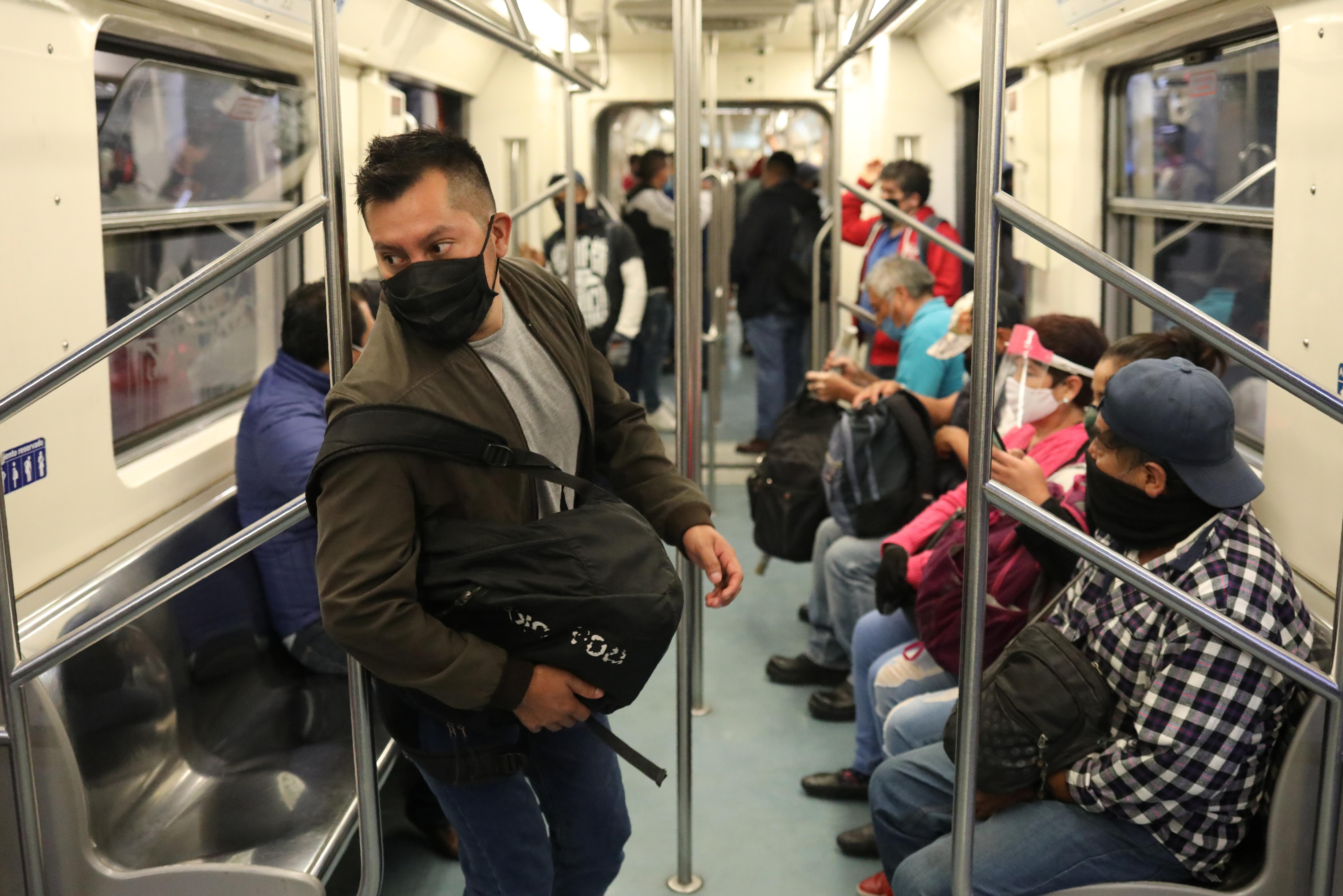 Las personas que usan máscaras protectoras se ven dentro de un tren después de que el gobierno de la ciudad levantó las restricciones. Ciudad de México, México. Junio 15, 2020. Foto: Reuters.