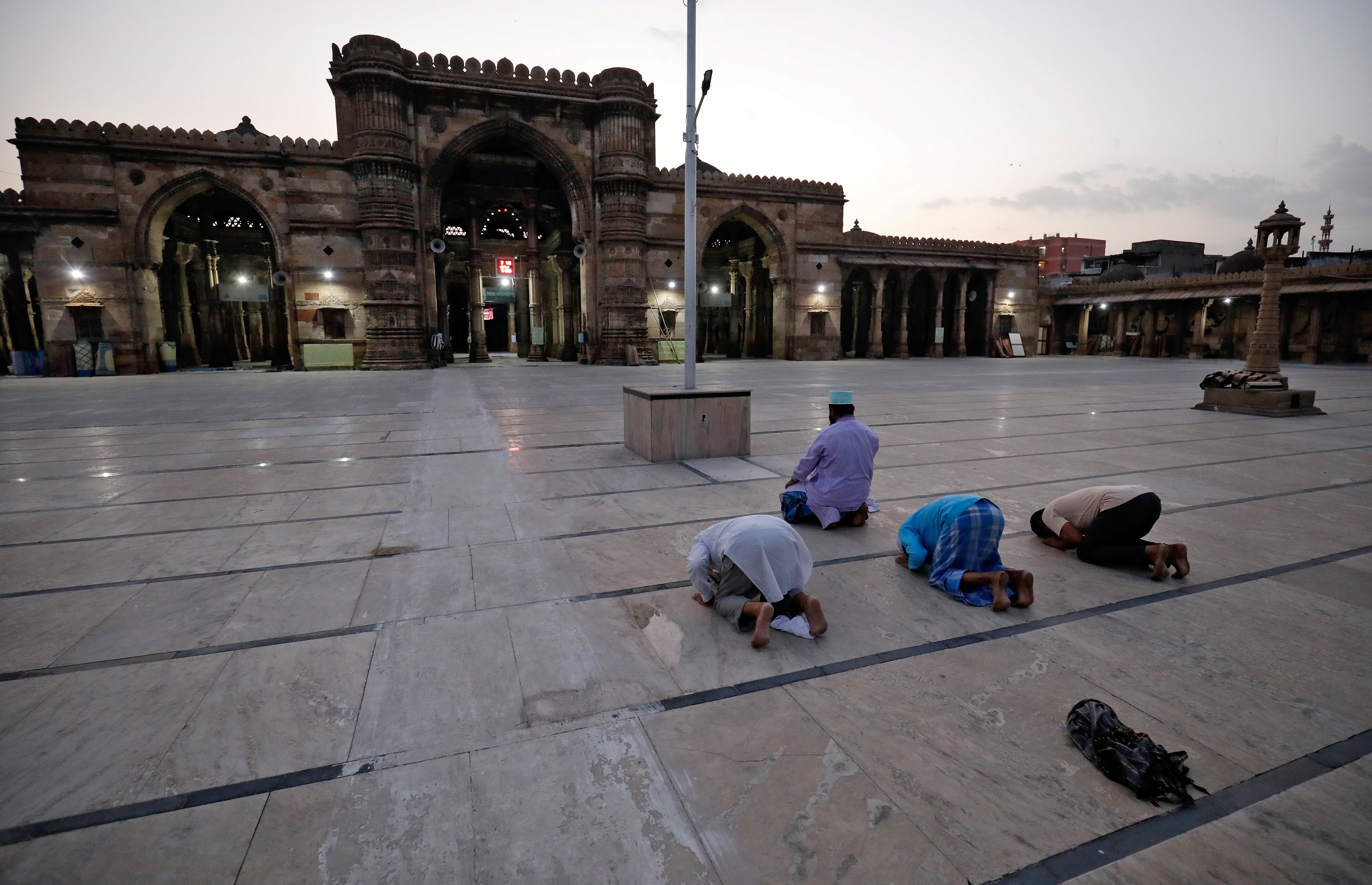 Musulmanes orando respetando la distancia social en Ahmedabad, India (REUTERS/Amit Dave)