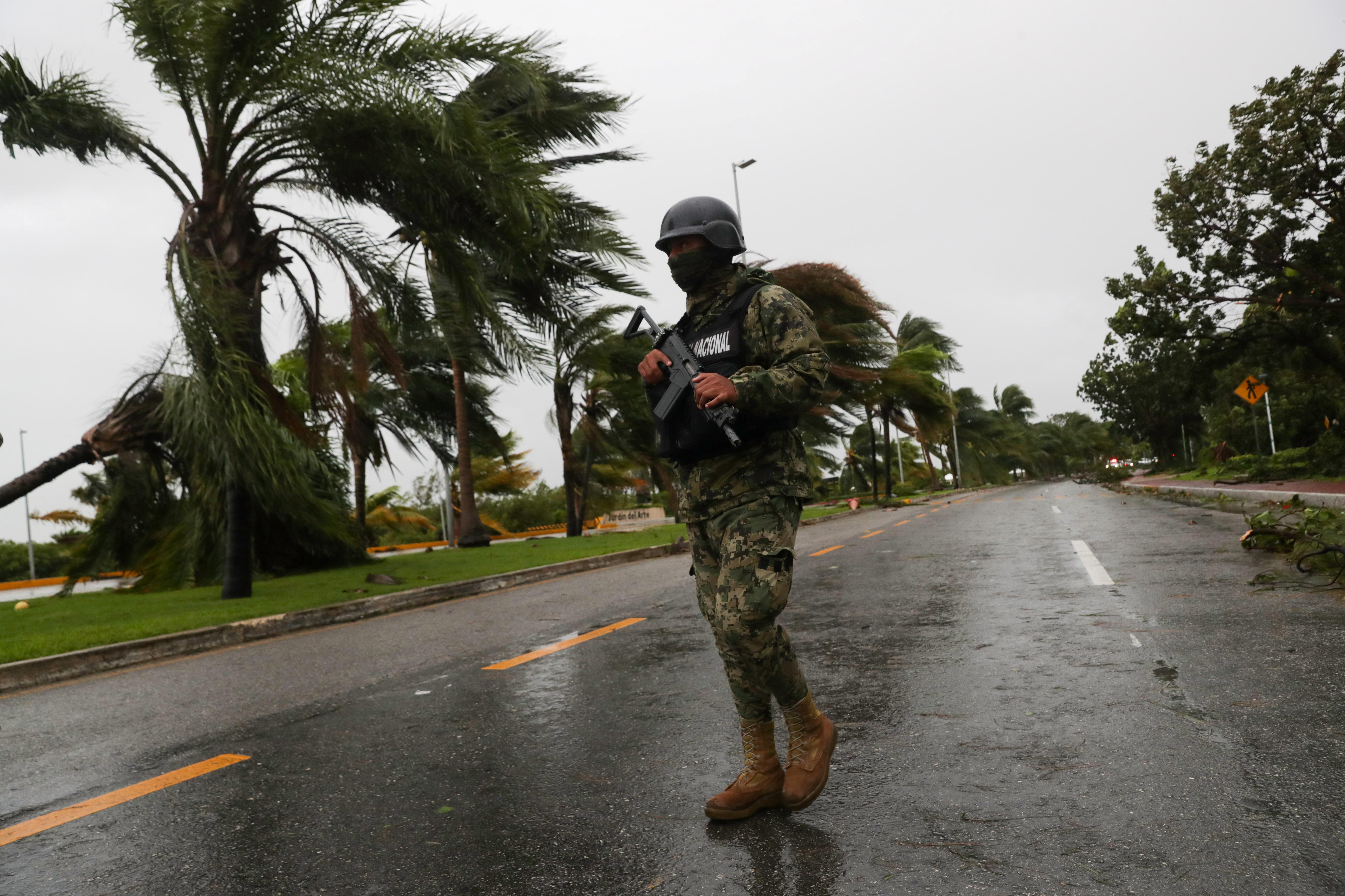 Un soldado hace guardia a lo largo de una avenida de Tulum después del paso del huracán Delta, en el estado de Quintana Roo, en Cancún, México, el 7 de octubre de 2020.