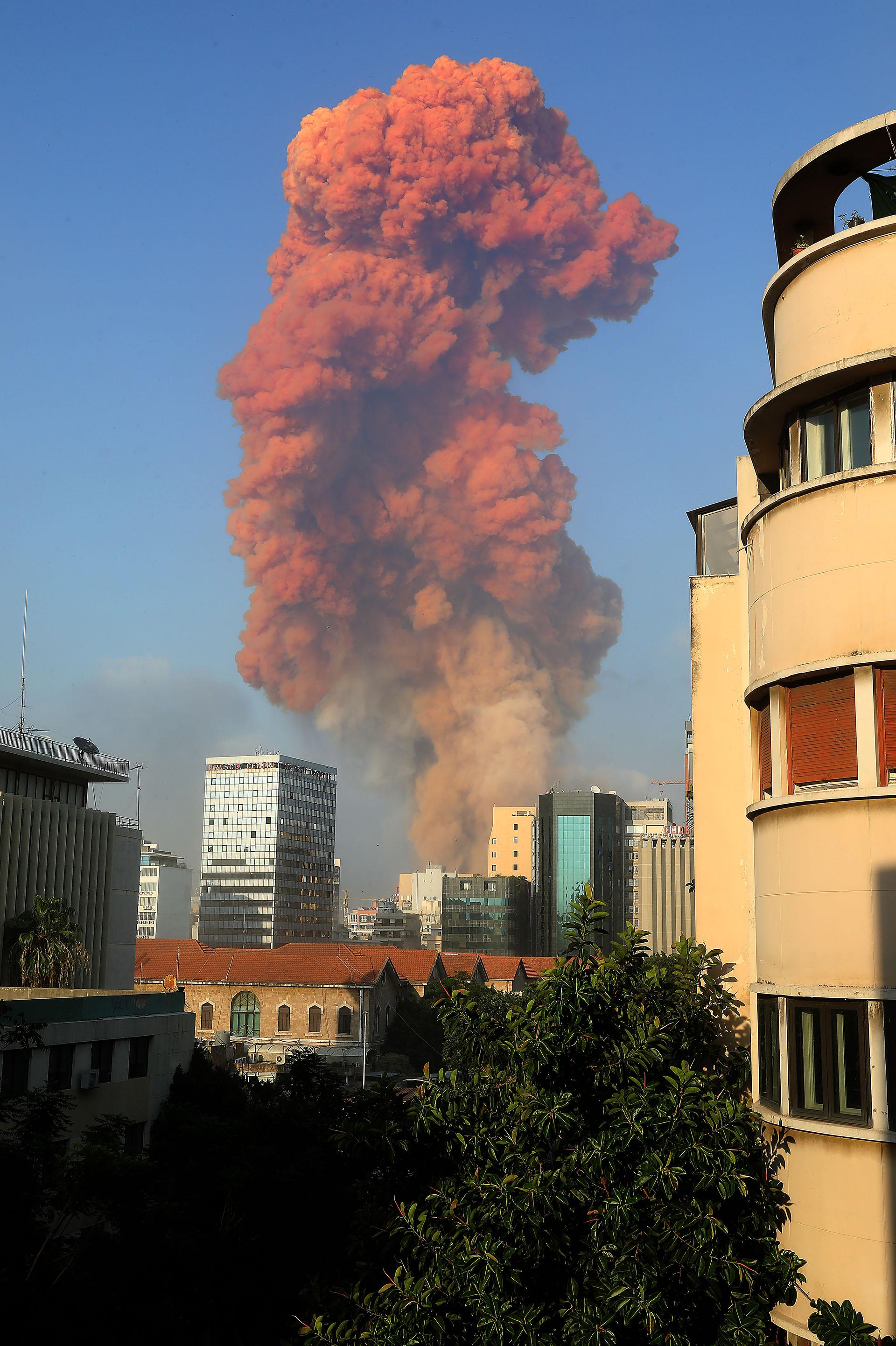 Residentes reportaron ventanas rotas y la caída de techos precarios, incluso en barrios alejados del lugar (AFP)