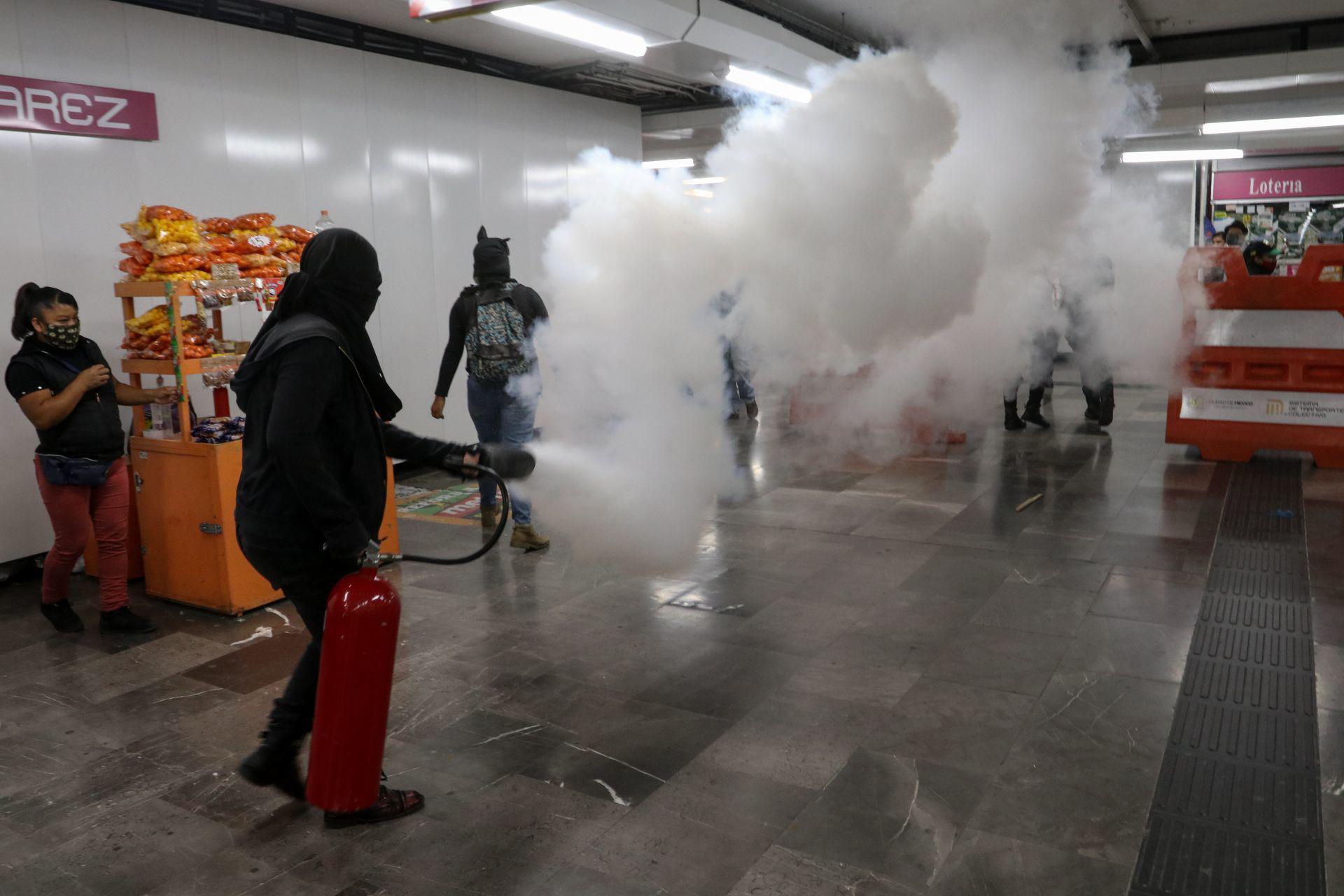 Un grupo de manifestantes protestó en la estación del metro Pino Suárez de forma