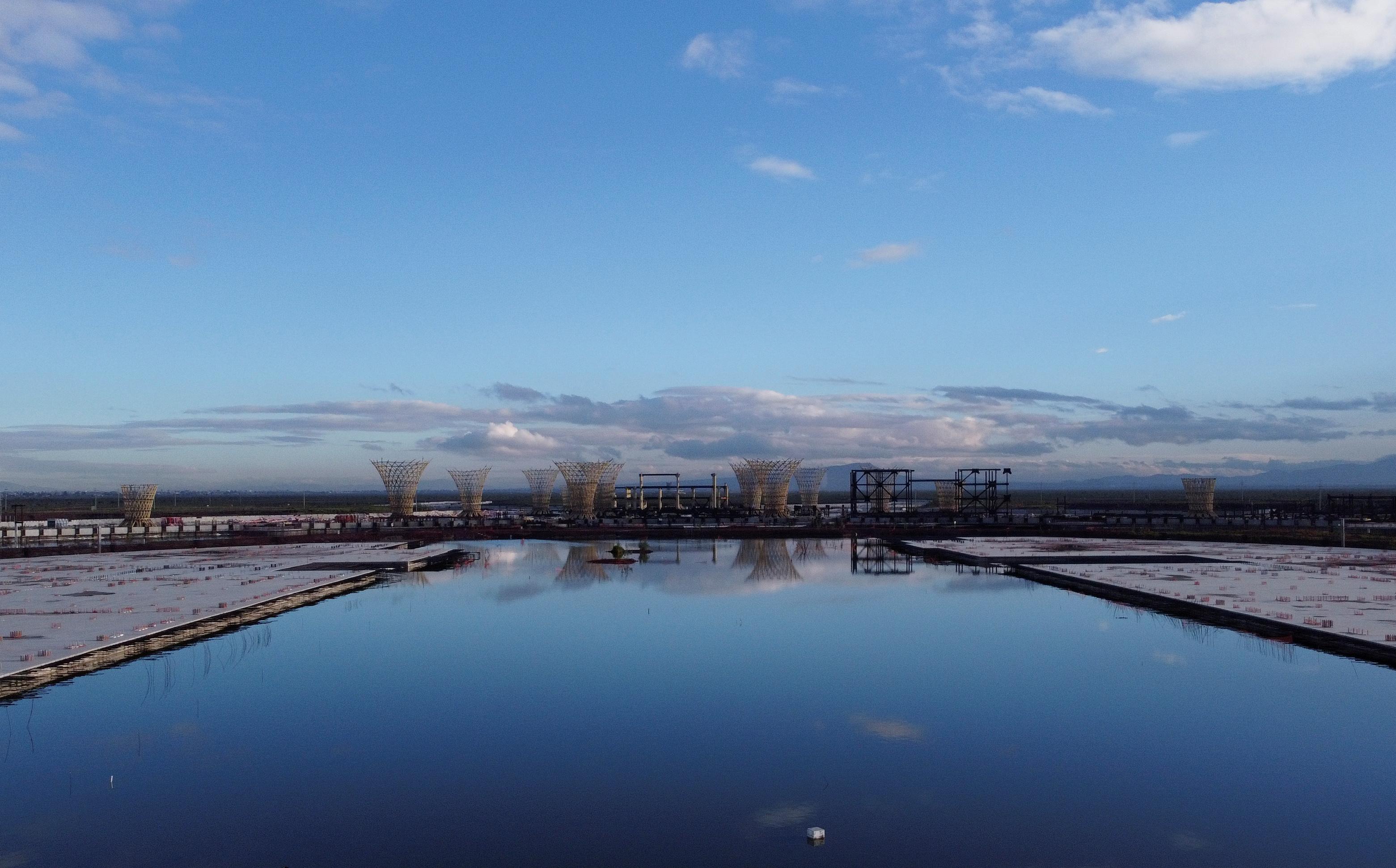 Una vista general muestra partes de la estructura de la terminal de vuelo en una construcción abandonada de un aeropuerto de la Ciudad de México que fue desguazado hace dos años, ahora inundado por las lluvias de verano, en Texcoco, en las afueras de la Ciudad de México, México el 4 de septiembre de 2020. Imagen tomada el 4 de septiembre de 2020.