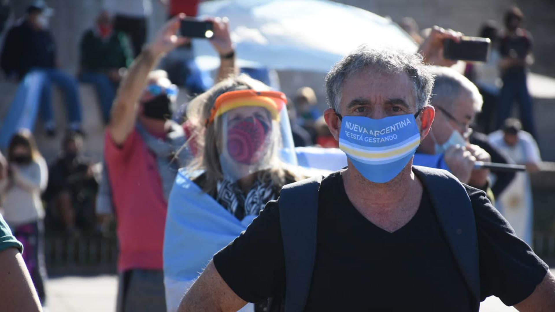 Bien protegidos con tapabocas y máscaras, los manifestantes rosarinos se hicieron escuchar con bocinazos desde los autos y con aplausos y gritos frente al mástil mayor del Monumento a la Bandera (Leo Galletto)