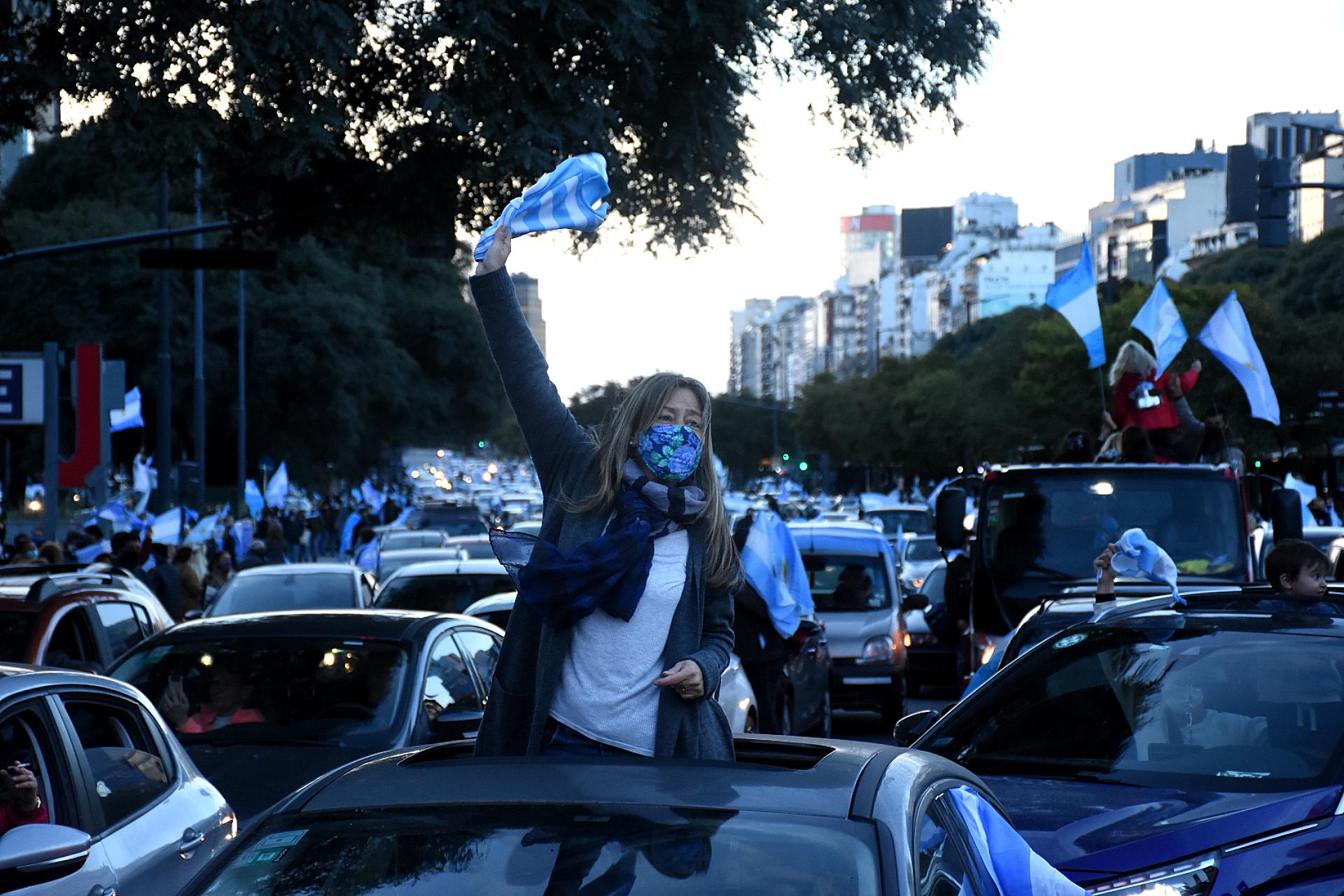 Miles de personas se concentraron en todo el país para realizar un banderazo en defensa de la Justicia y para reclamar respeto a las instituciones
