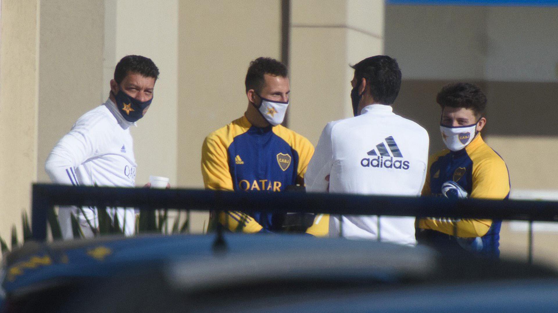 Todos los jugadores fueron acompañados en los campos de juego junto a un integrante del cuerpo técnico y un médico del club