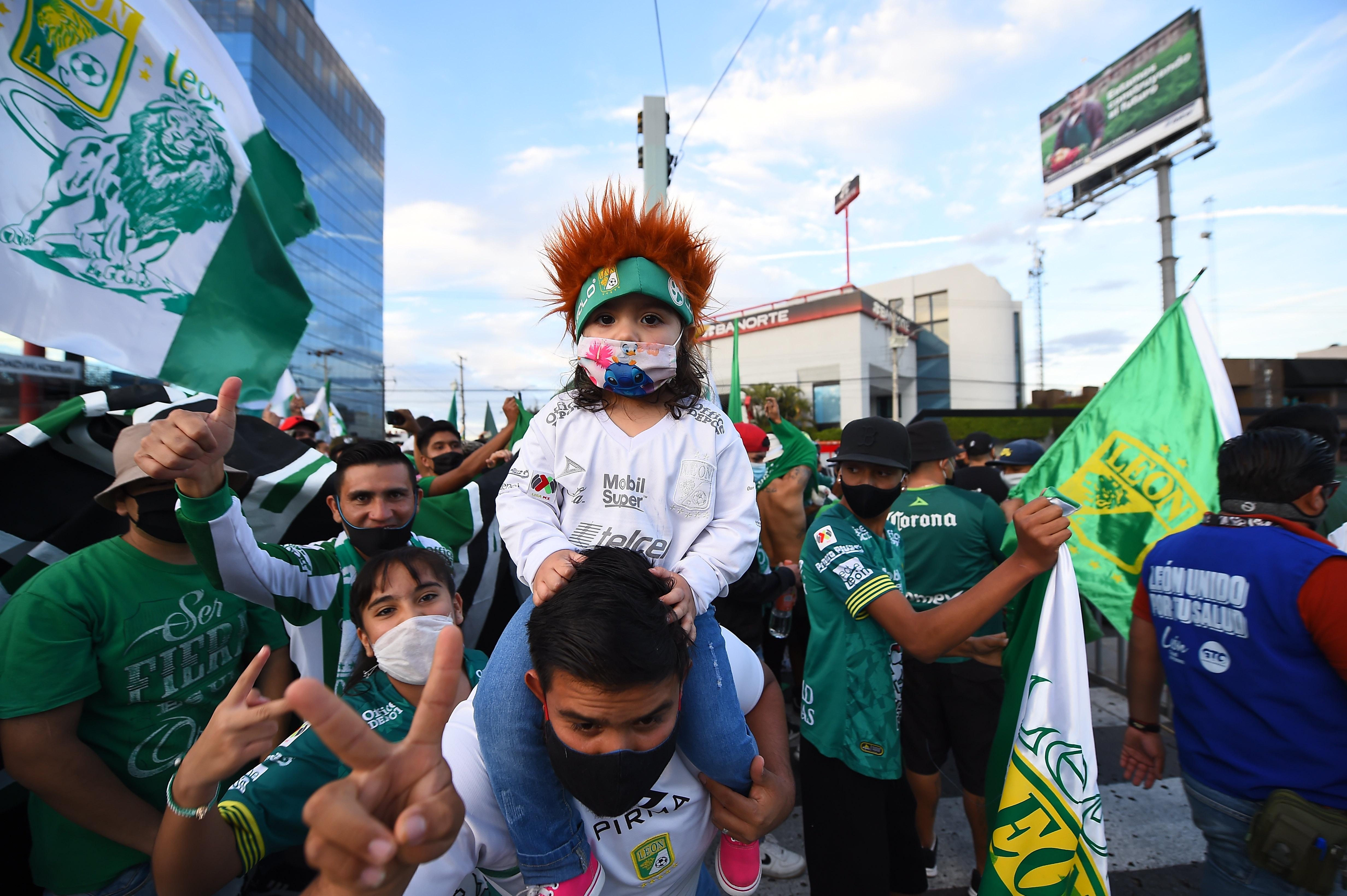 Fanáticos fuera del estadio antes del juego. Estadio León, México. El 13 de diciembre de 2020.