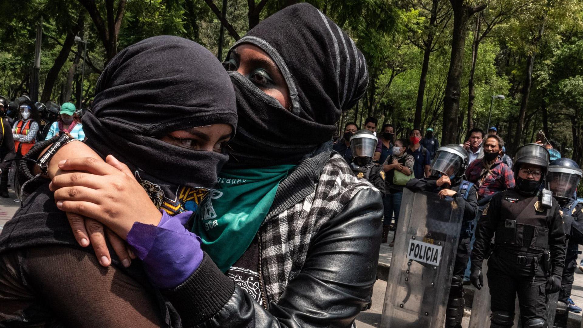 Manifestantes se abrazan durante la manifestación en contra de la decisión de la SCJN de no aprobar un proyecto de ley que legalizaría el aborto en el estado de Veracruz (Foto: Cuartoscuro)