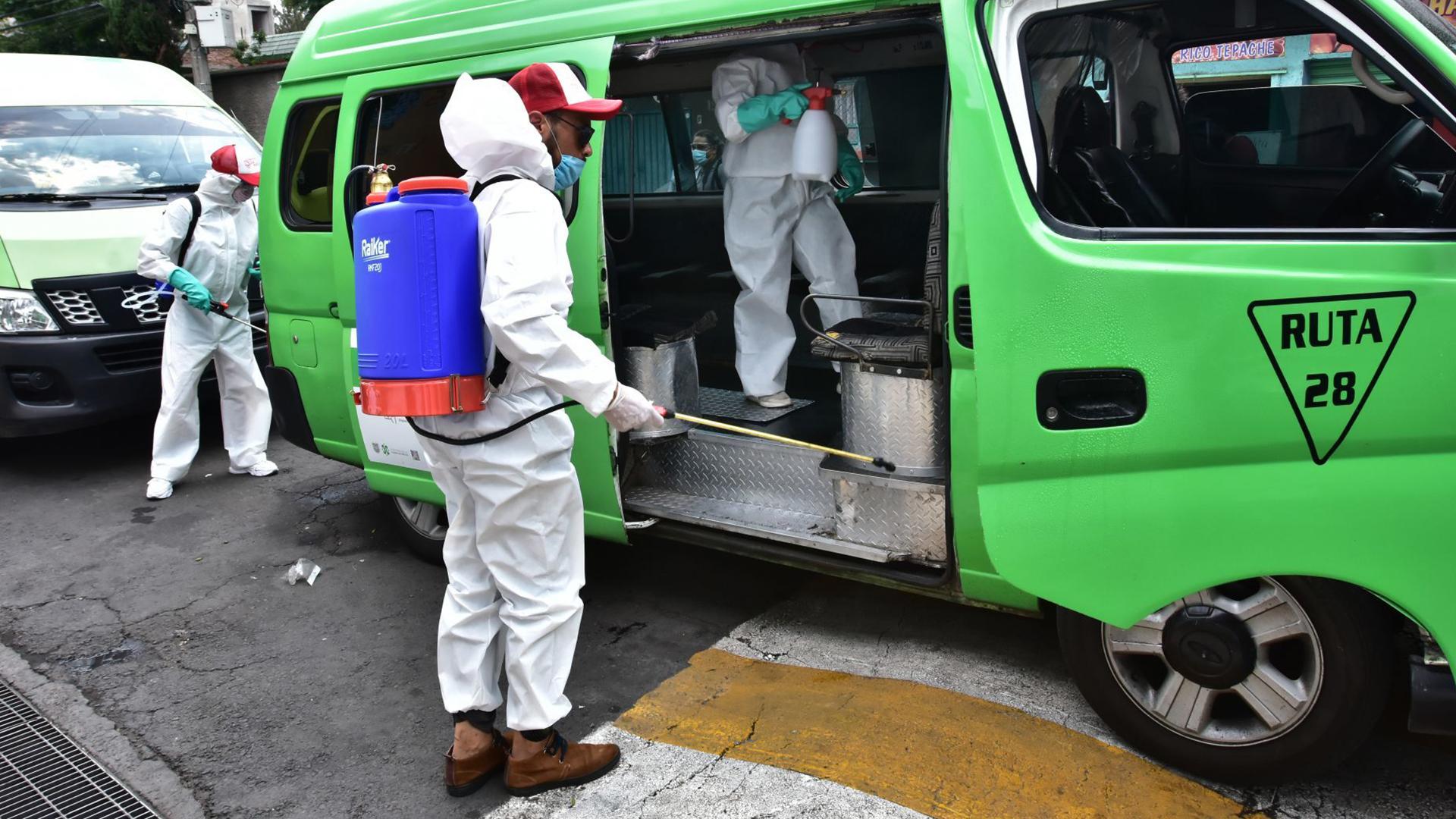 El personal que realiza estas labores cuenta con equipo de protección personal como guantes, cubrebocas, lentes protectores y trajes plásticos (Foto: Cuartoscuro)